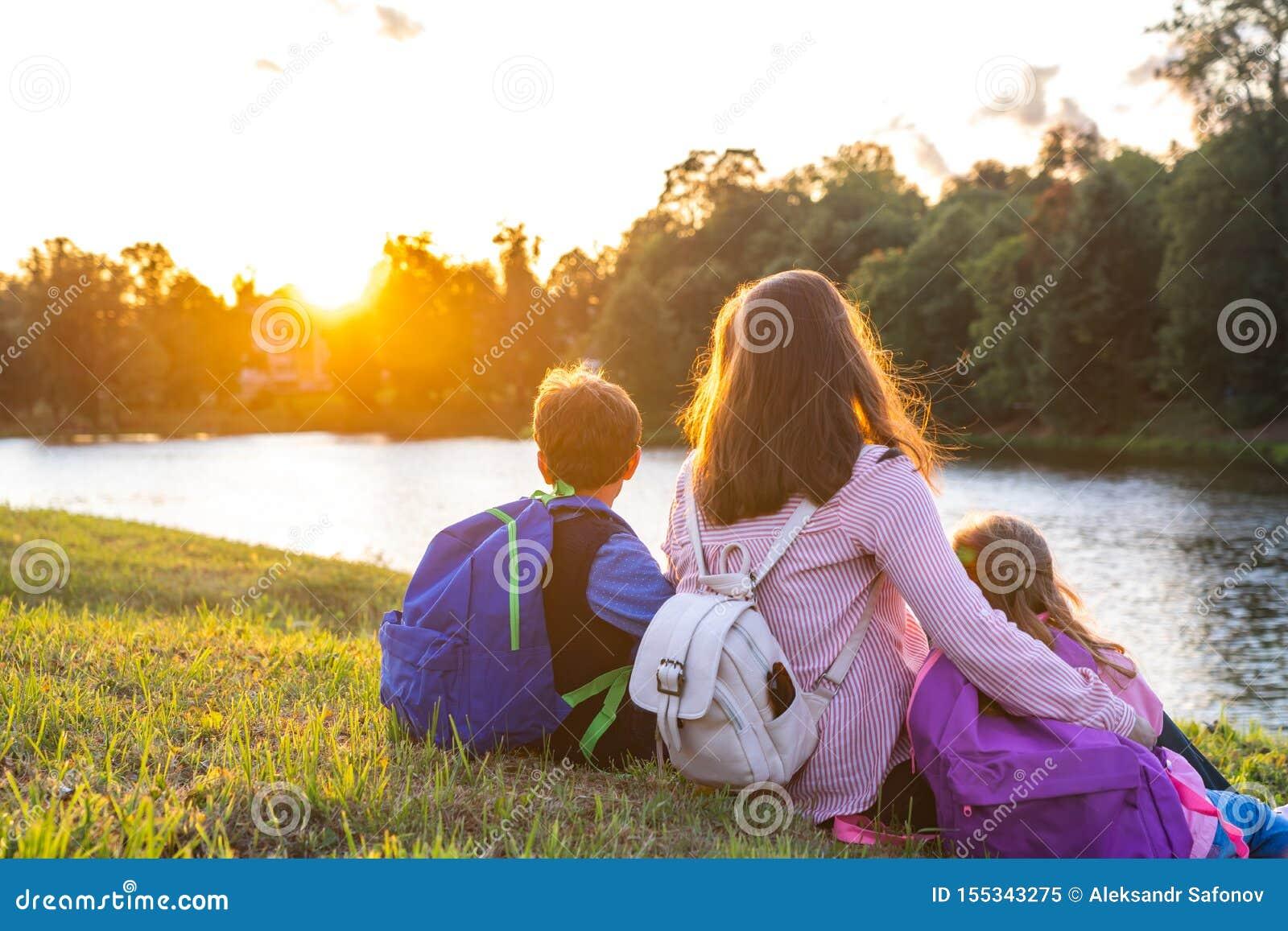 Mujer y dos niños de la parte posterior
