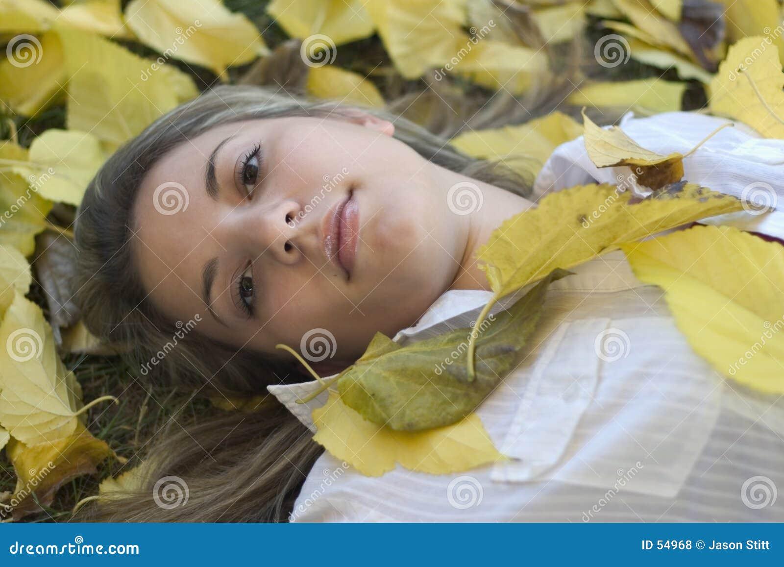 Mujer y hojas