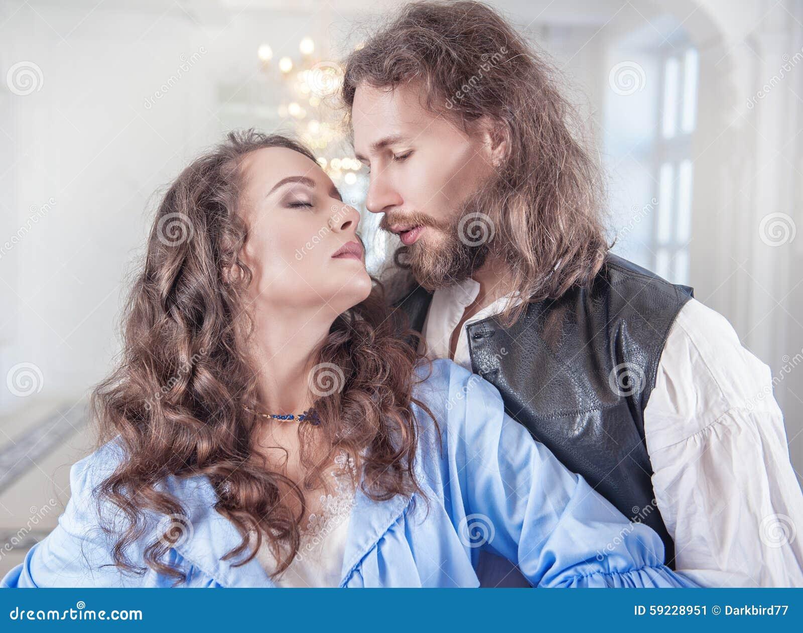 Download Mujer Y Hombre Apasionados Hermosos De Los Pares En Ropa Medieval Imagen de archivo - Imagen de auténtico, hembra: 59228951