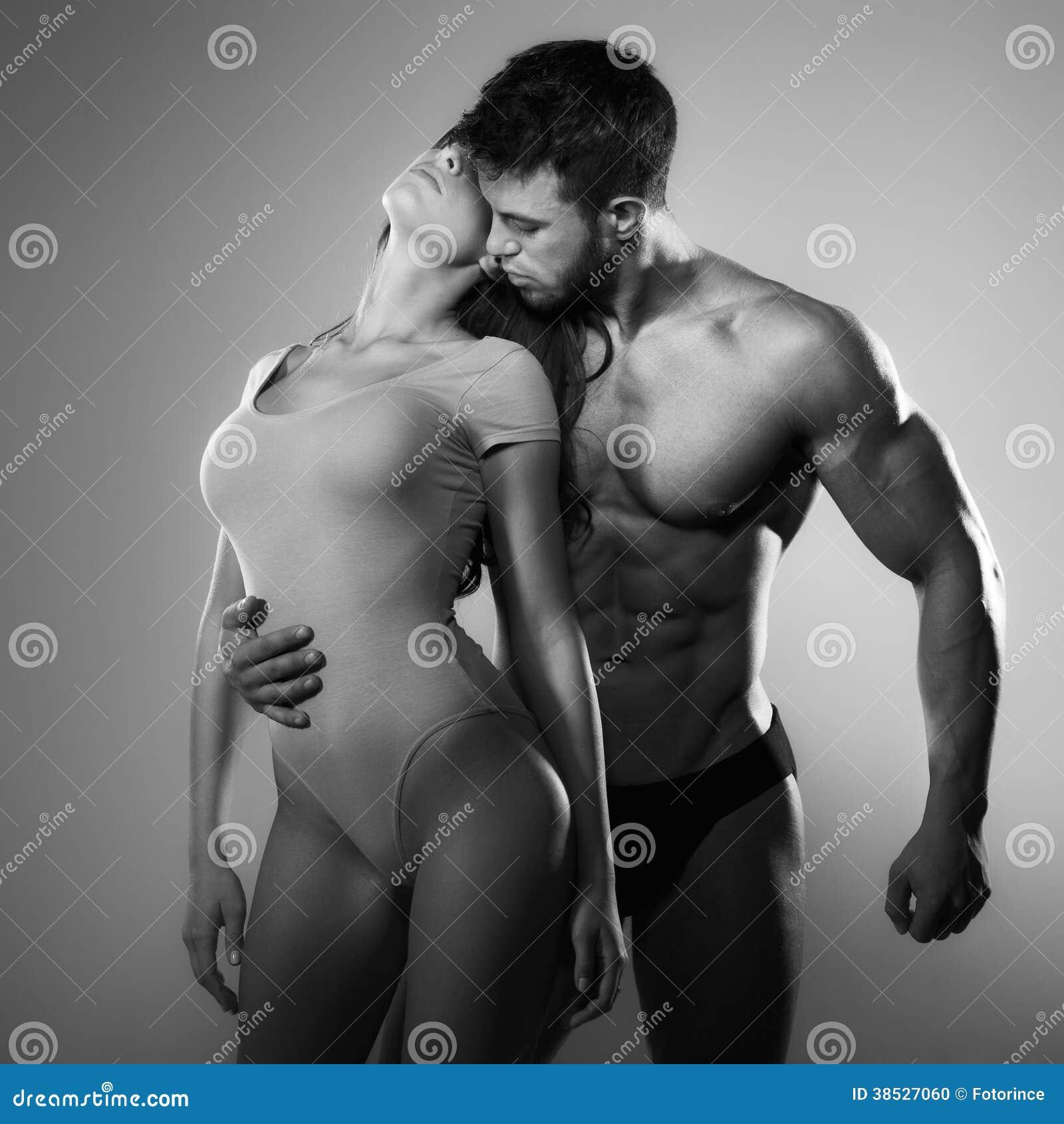 Mujer sobada por dos hombres, sexo explícito en