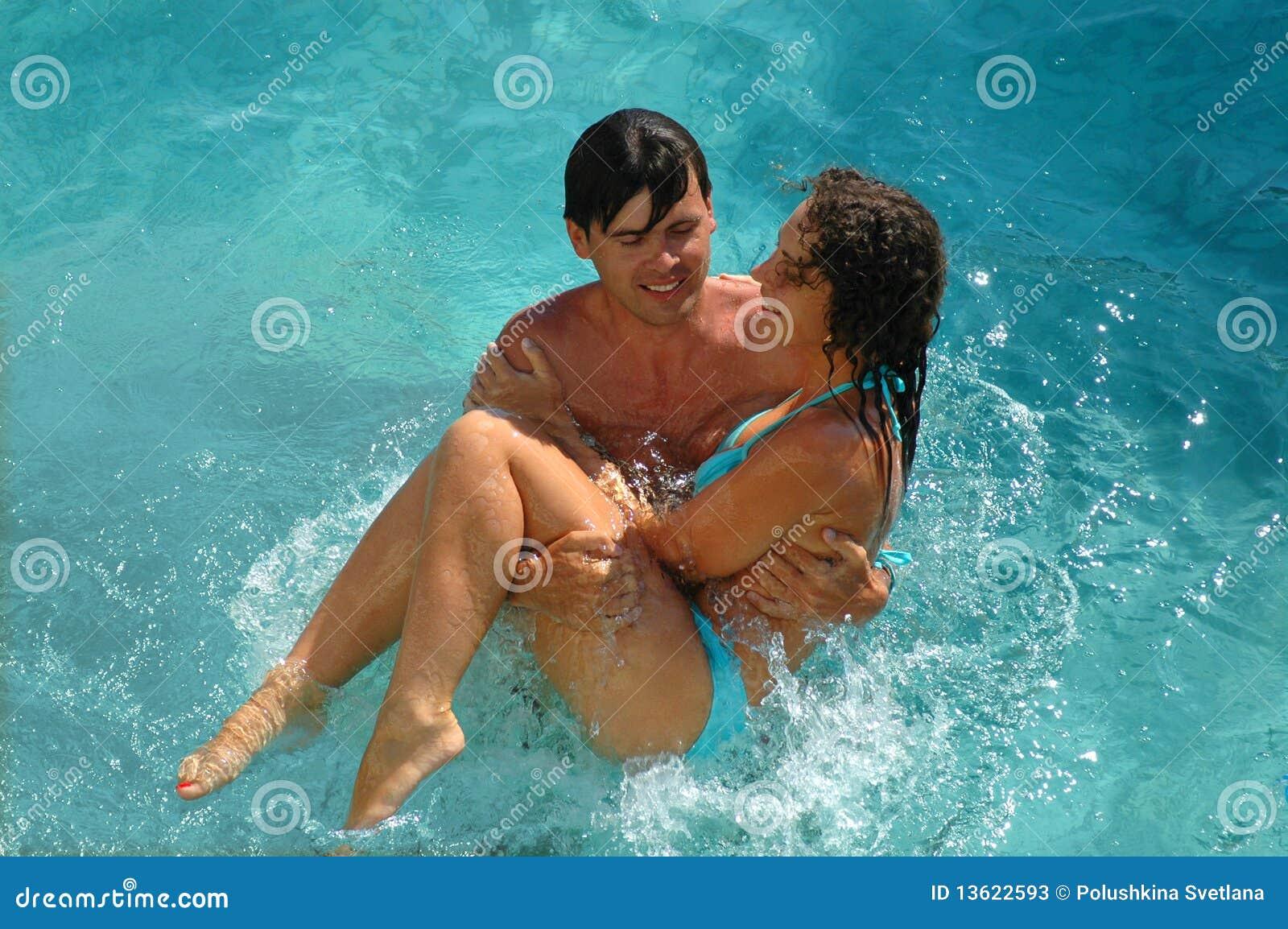 Mujer y hombre felices en piscina de agua imagen de for Piscina de agua