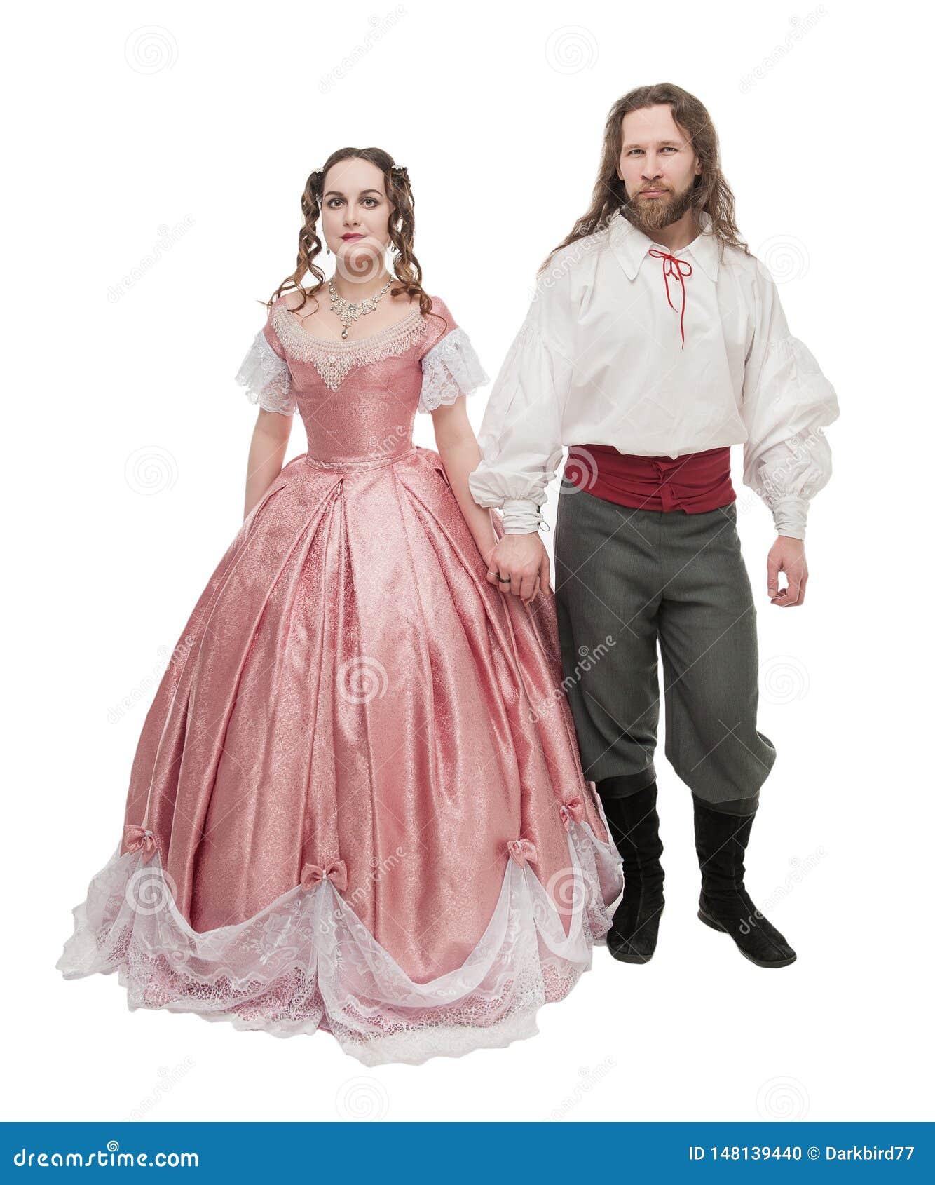 Mujer y hombre hermosos de los pares en la ropa medieval aislada