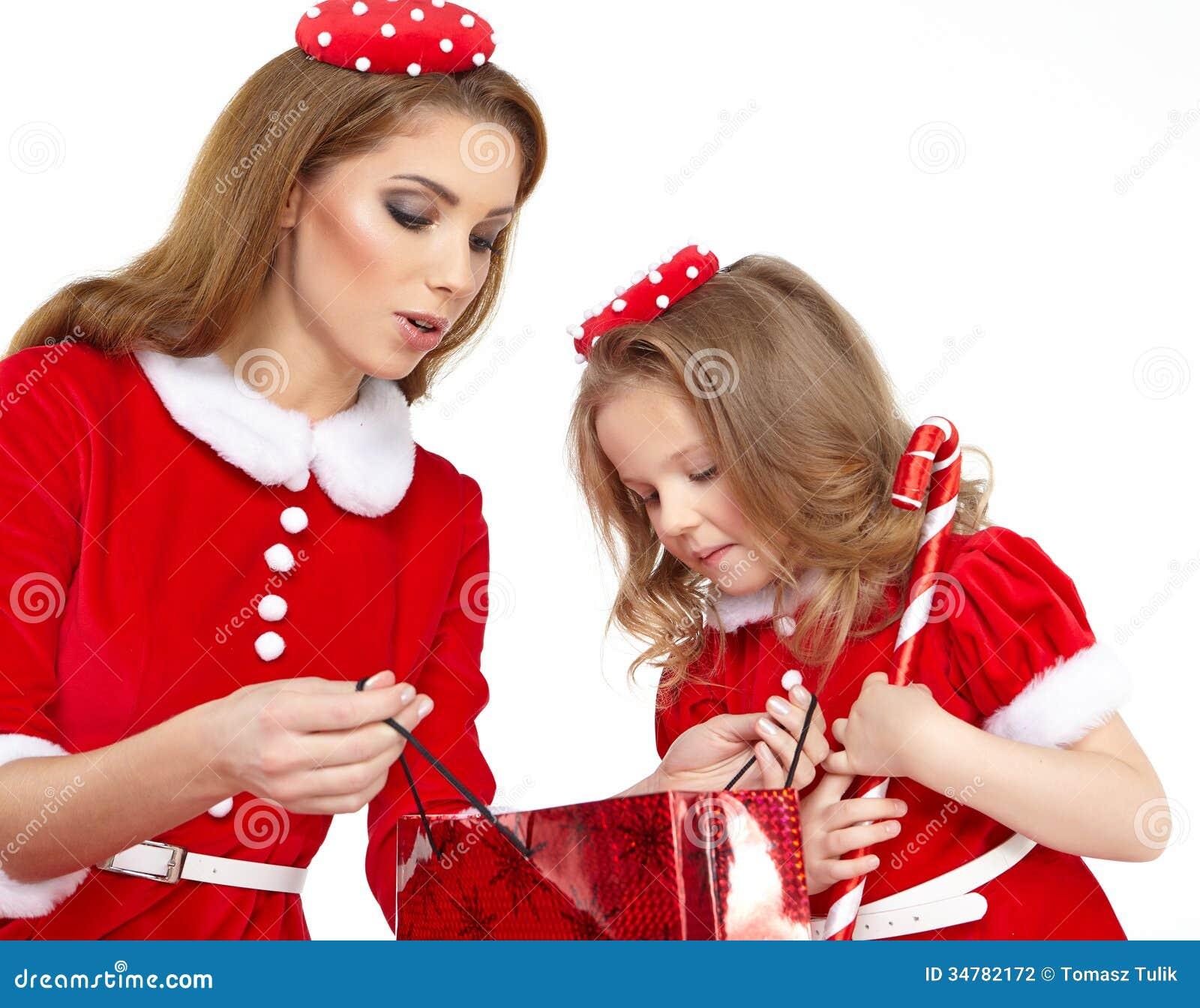 Mujeres hermosas vestidas de santa