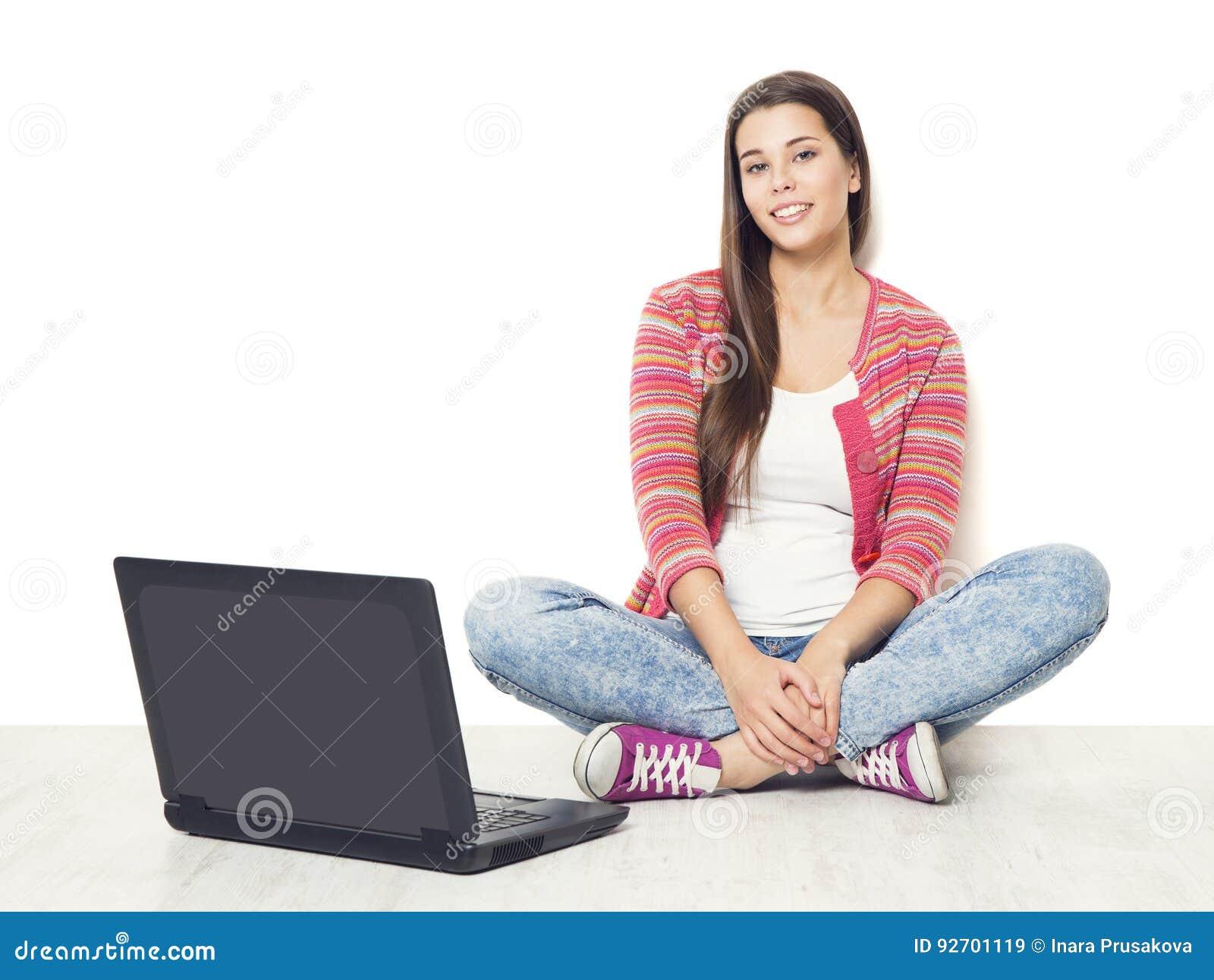 Mujer y ordenador portátil, estudiante Girl con el ordenador portátil que se sienta encendido