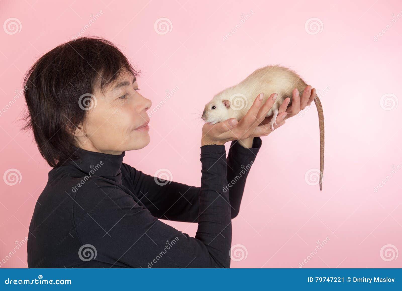 Mujer y rata