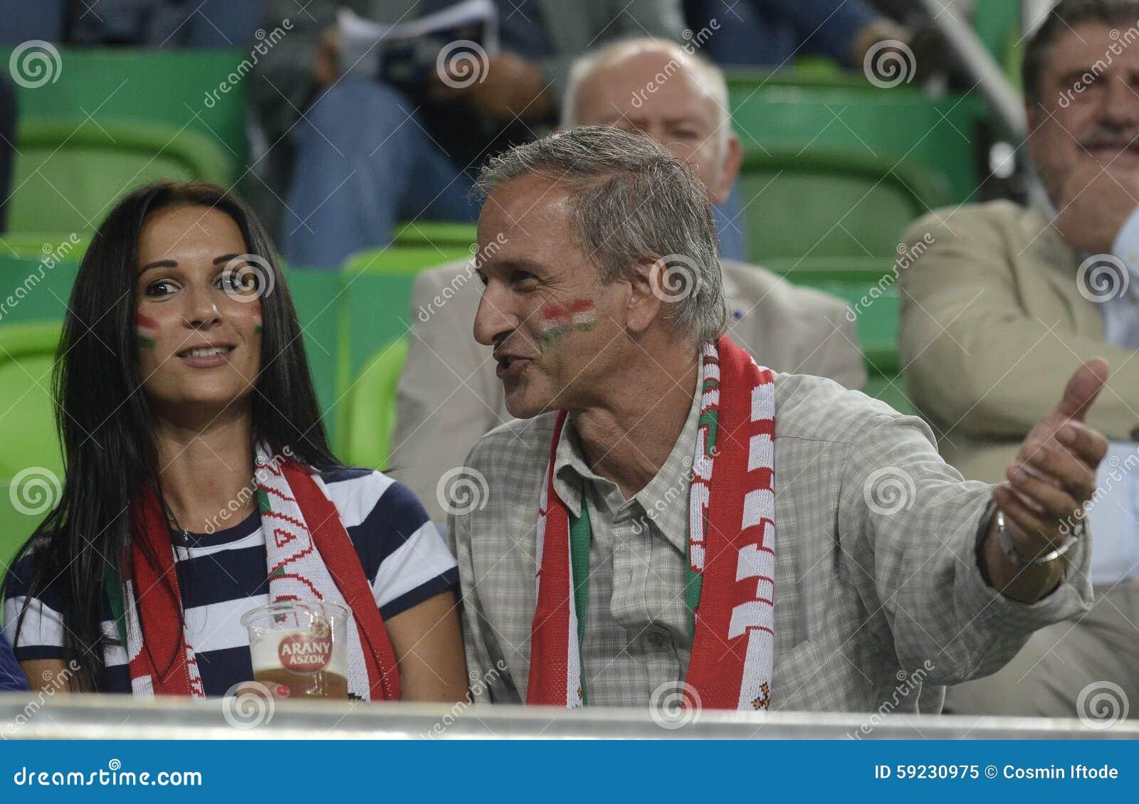 Mujer y viejos fanáticos del fútbol