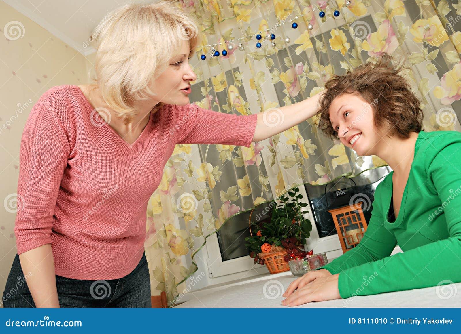 Mujeres adultas y jovenes: castigo jocoso