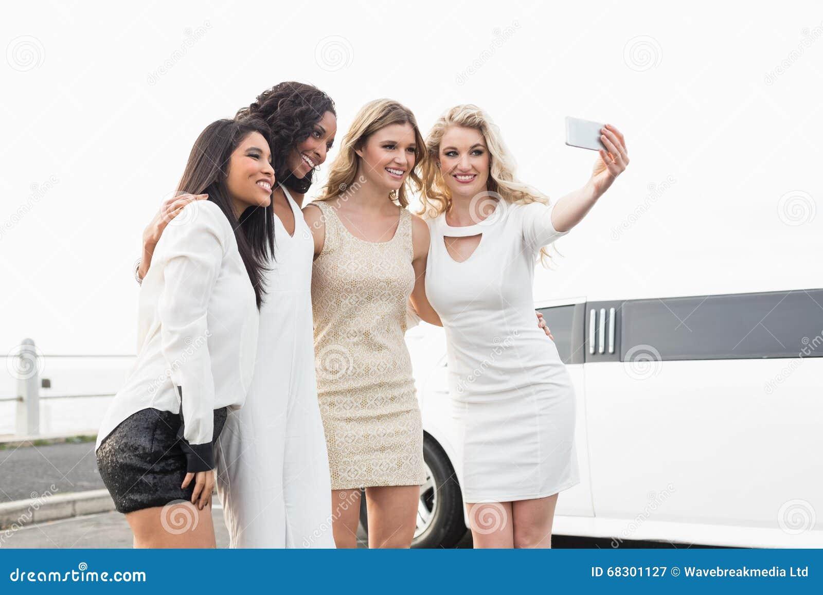Imagen de mujeres bien vestidas