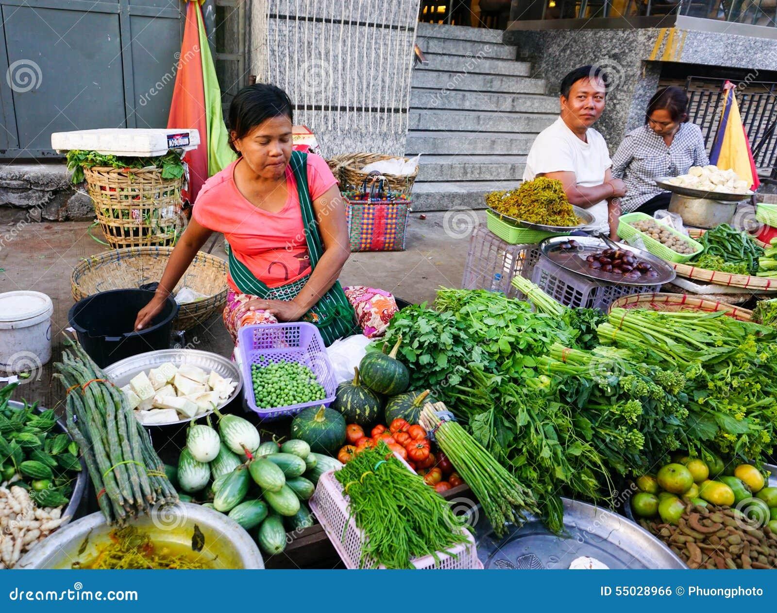 Mujeres birmanas que venden las frutas frescas en el mercado de Bogyoke