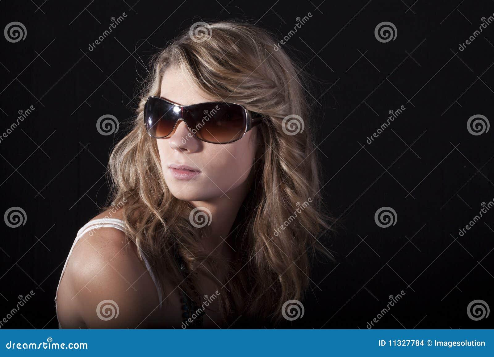 Gafas de sol y mujeres desnudas