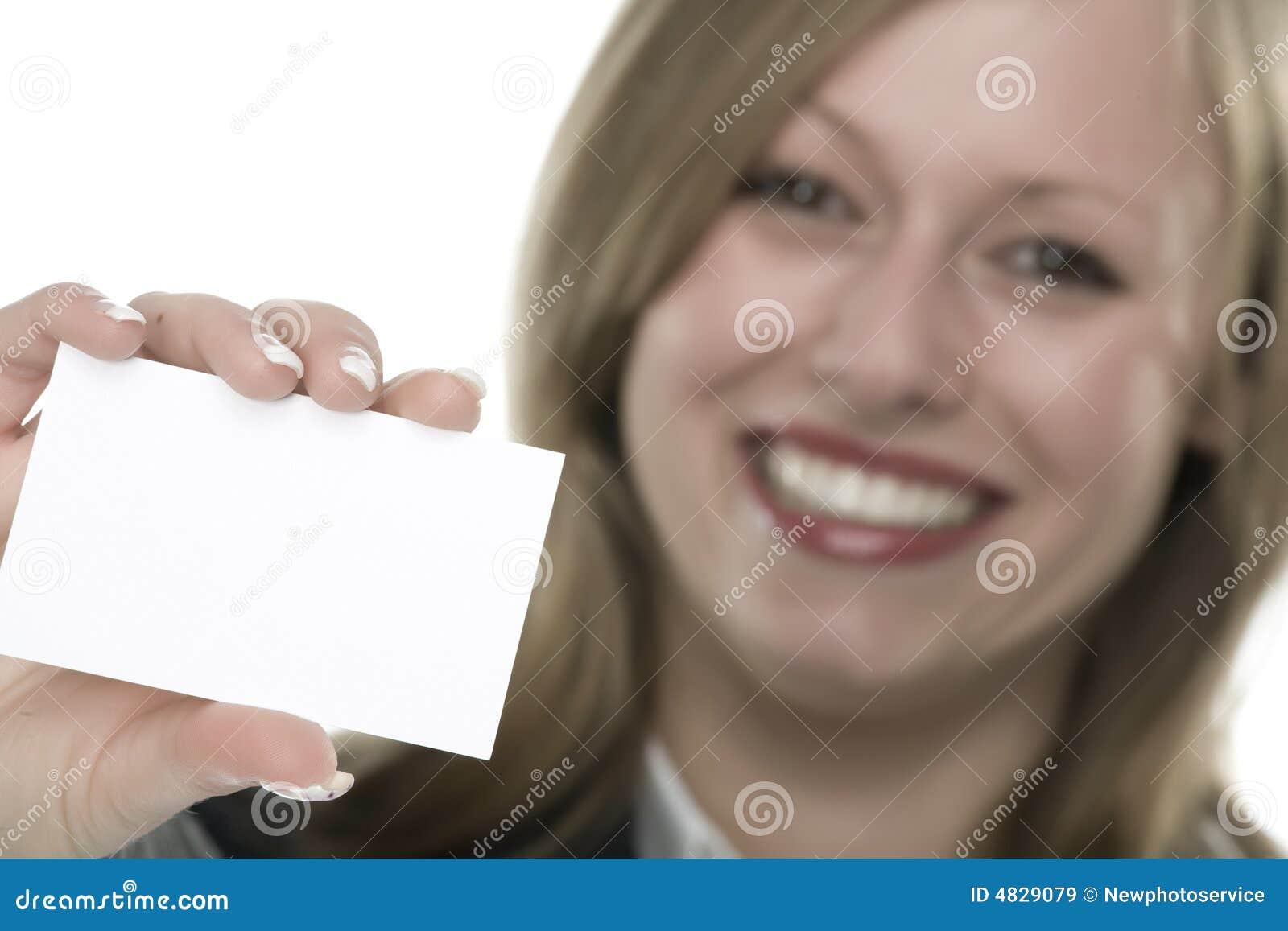 Mujeres con la tarjeta de visita a disposición