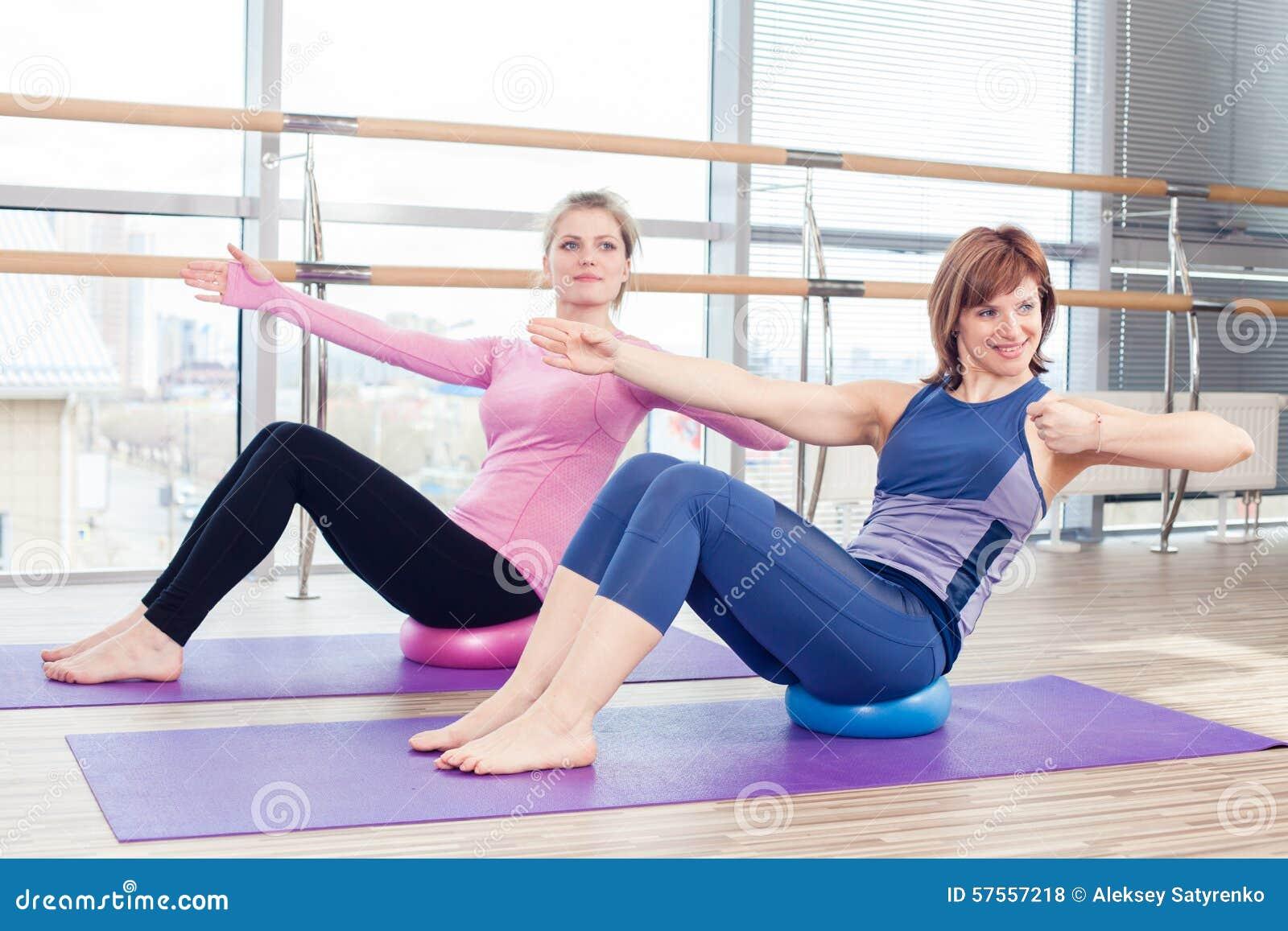 Mujeres De Ayuda Del Instructor Personal De Pilates De Los Aeróbicos ...