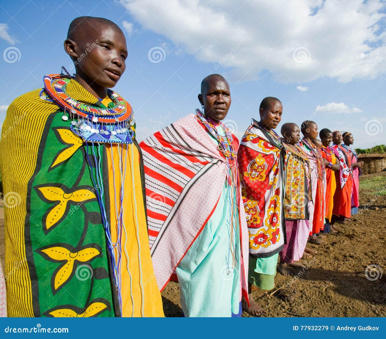 Mujeres de Maasai juntas que cantan canciones rituales en vestido tradicional