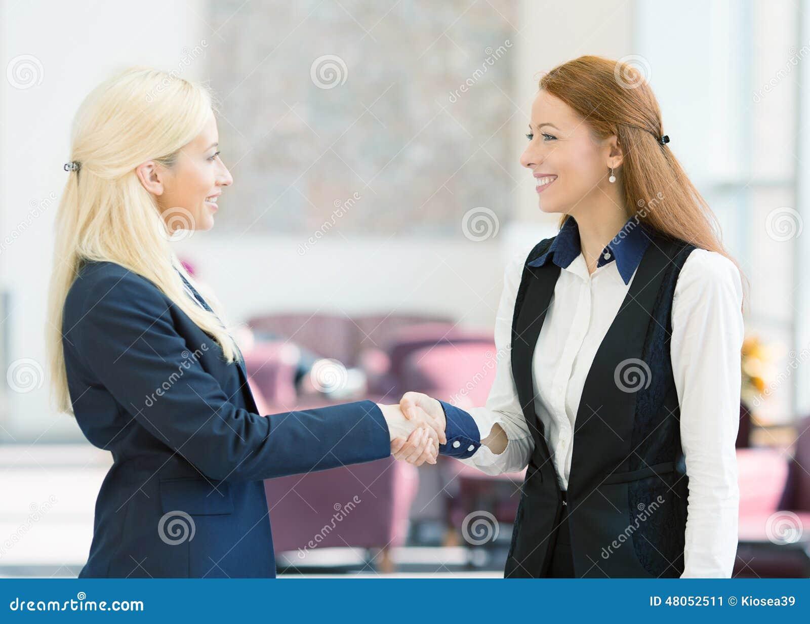 Mujeres de negocios que sacuden las manos
