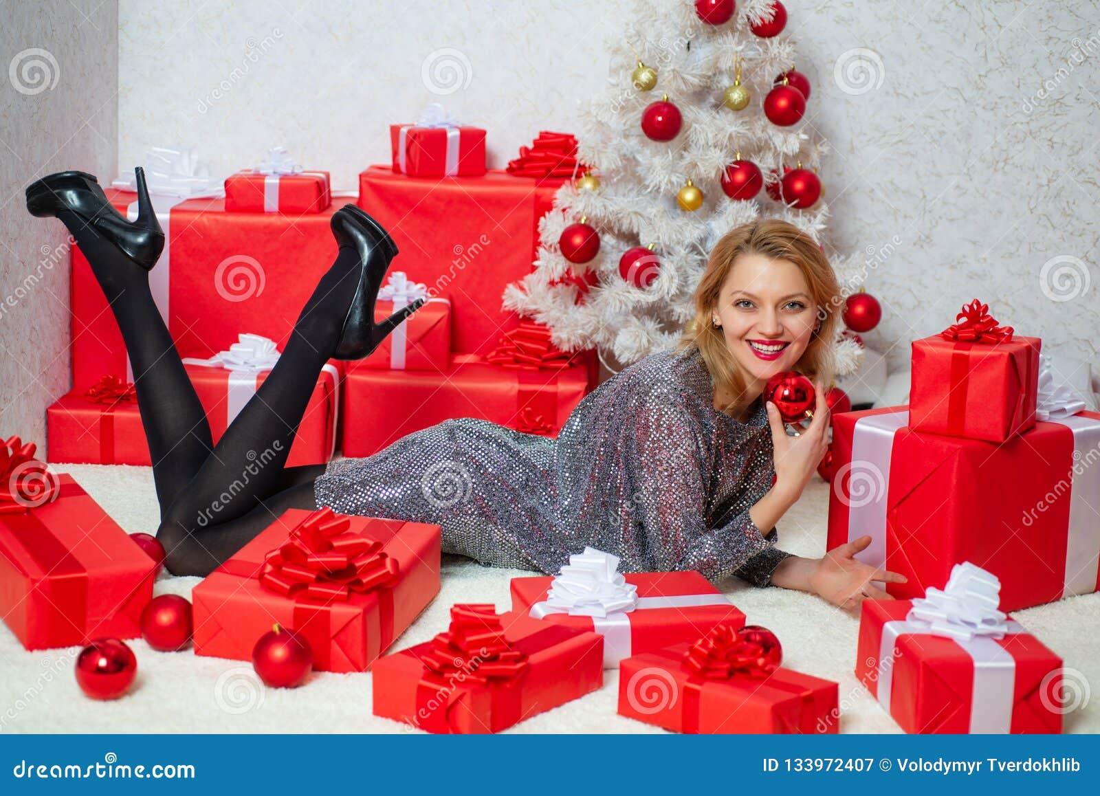 Mujeres de Santa con los bolsos Retrato de una mujer sonriente joven Concepto de la sorpresa Amistoso y alegría Invierno sonrient
