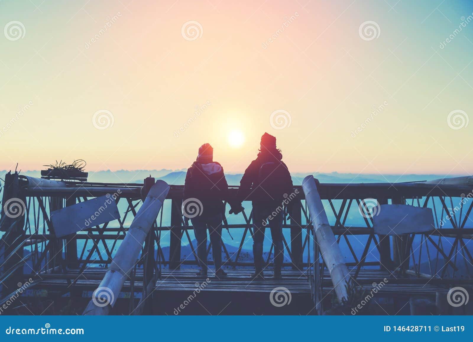 Mujeres del amante y naturaleza asi?tica del viaje de los hombres El viaje se relaja E r r