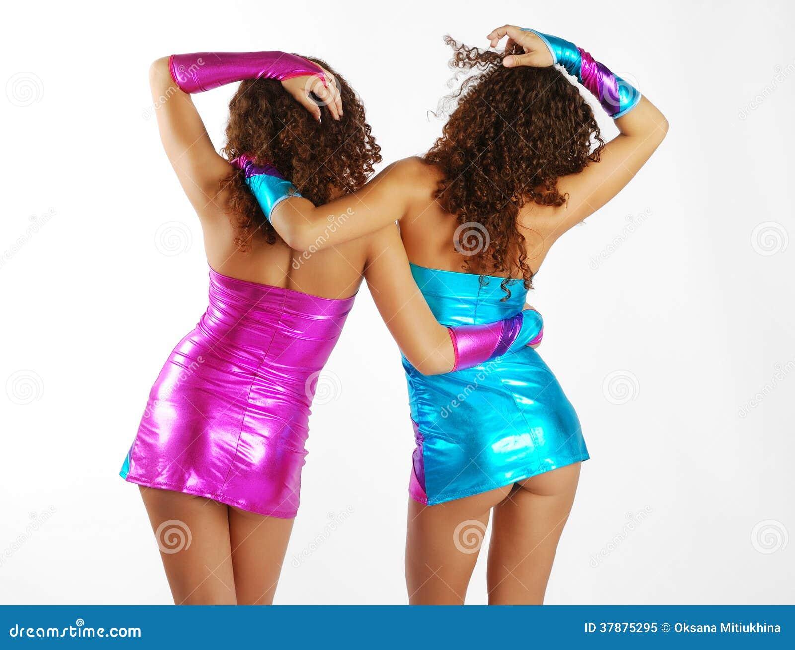Mujeres bailando con vestidos muy cortos