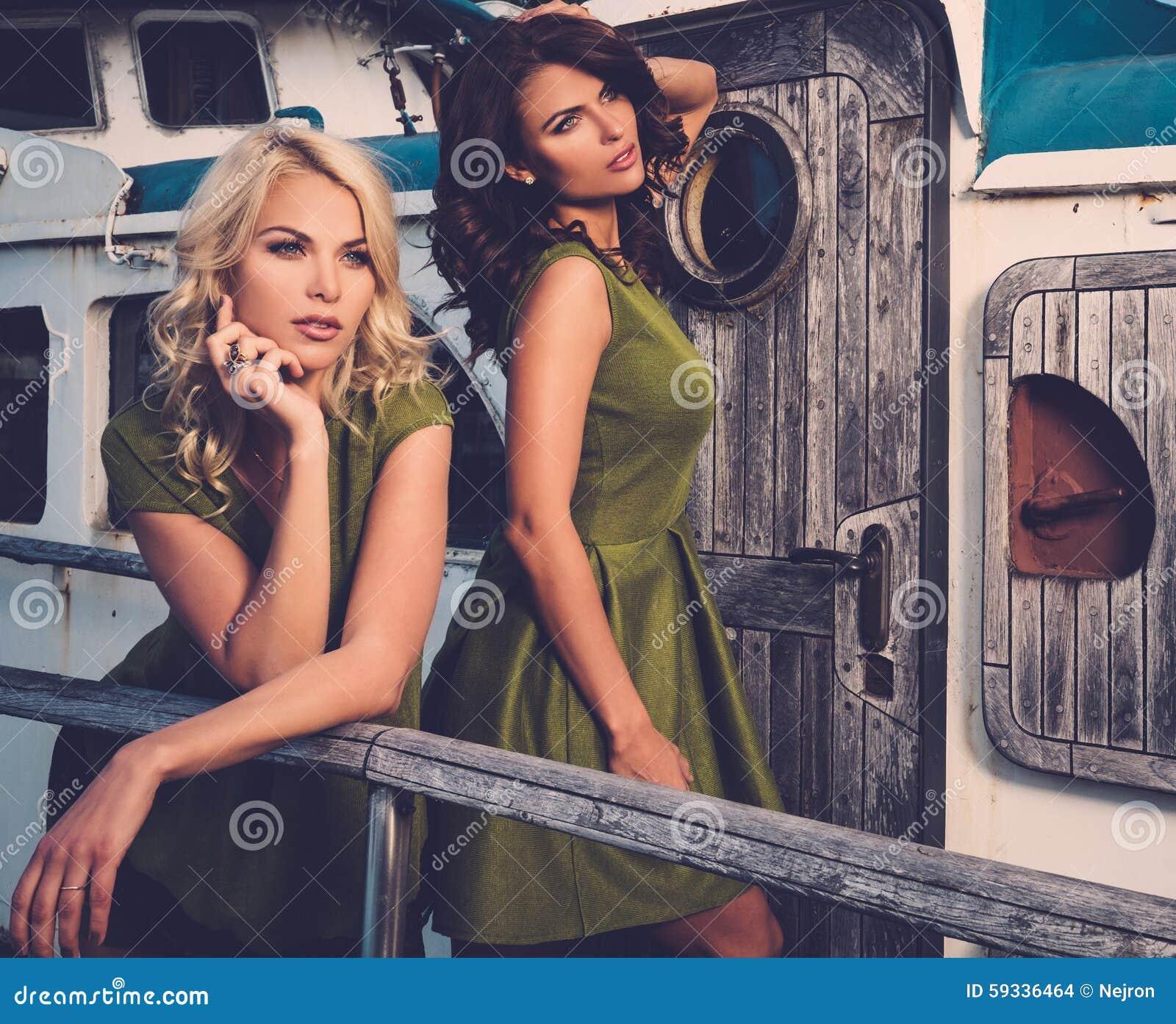Mujeres elegantes en el barco viejo