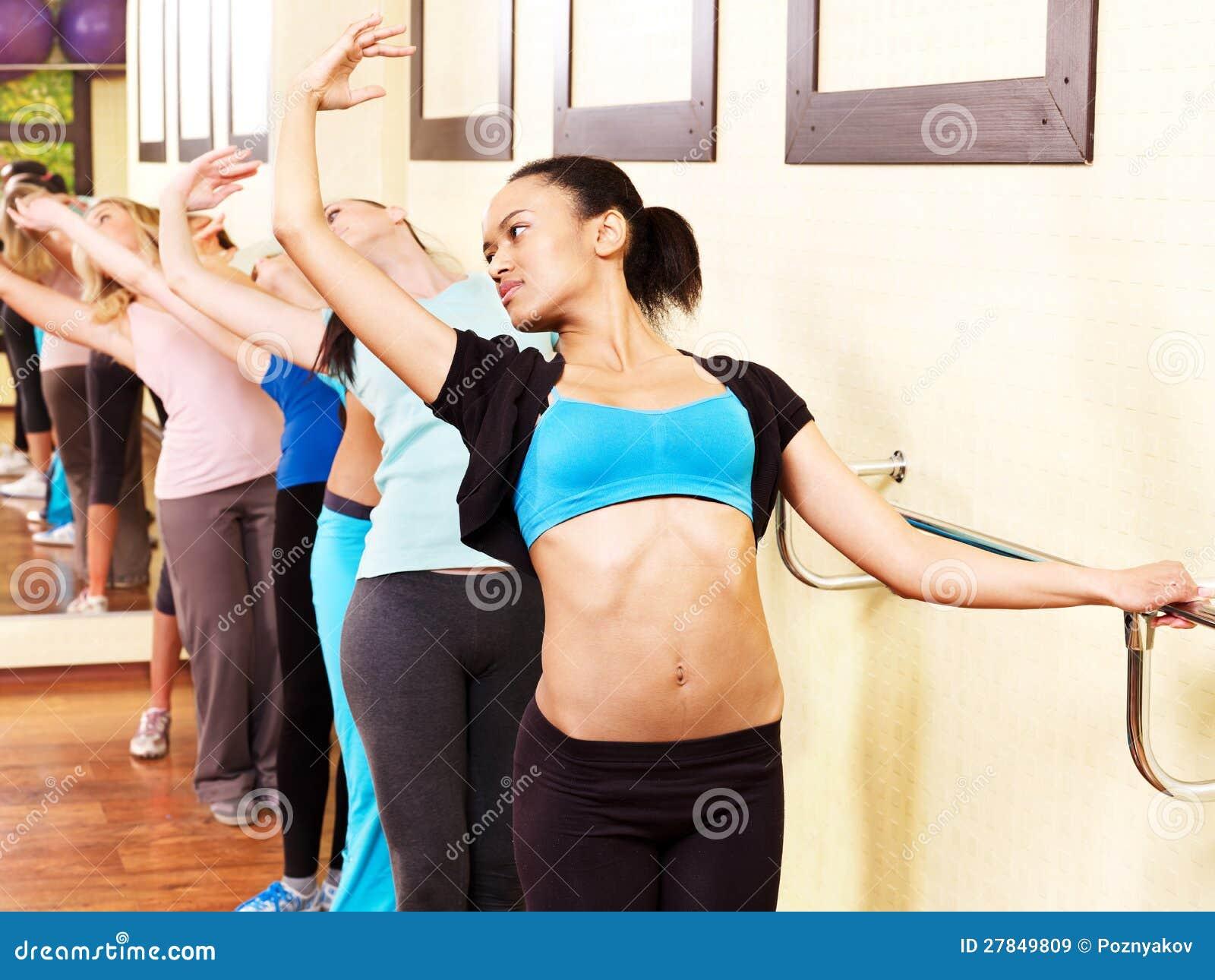 Mujeres en clase de aeróbicos.