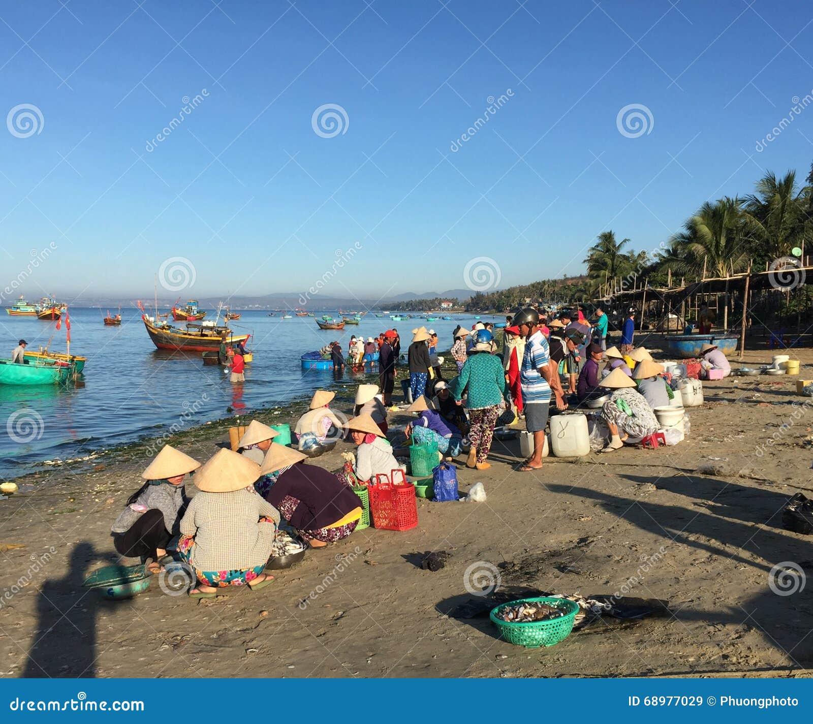 Mujeres en el mercado de pescados en Phan Thiet, Vietnam