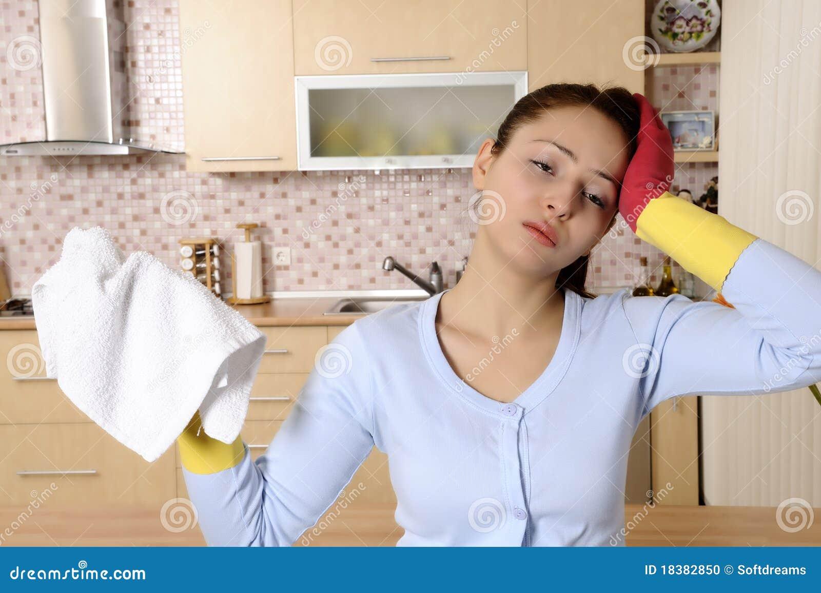 Mujeres hermosas cansadas despu s de limpiar la casa foto - Limpiar la casa ...