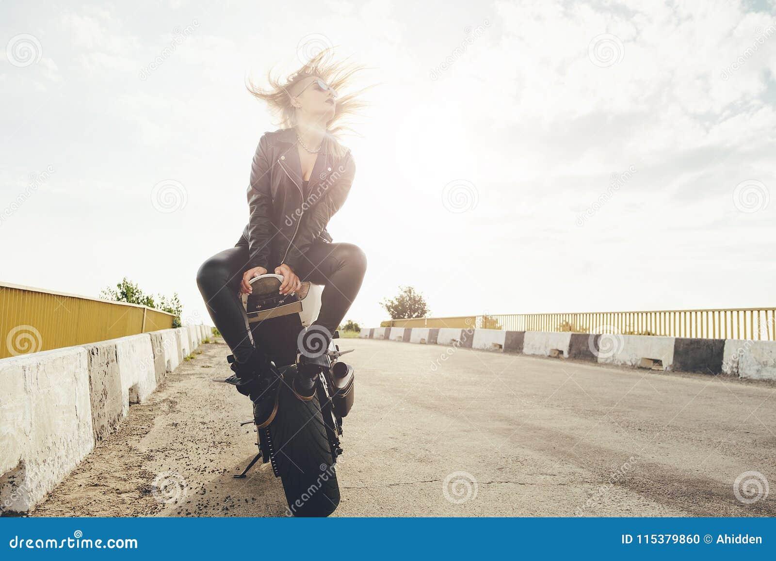 Mujeres hermosas del motorista que disfrutan de la libertad