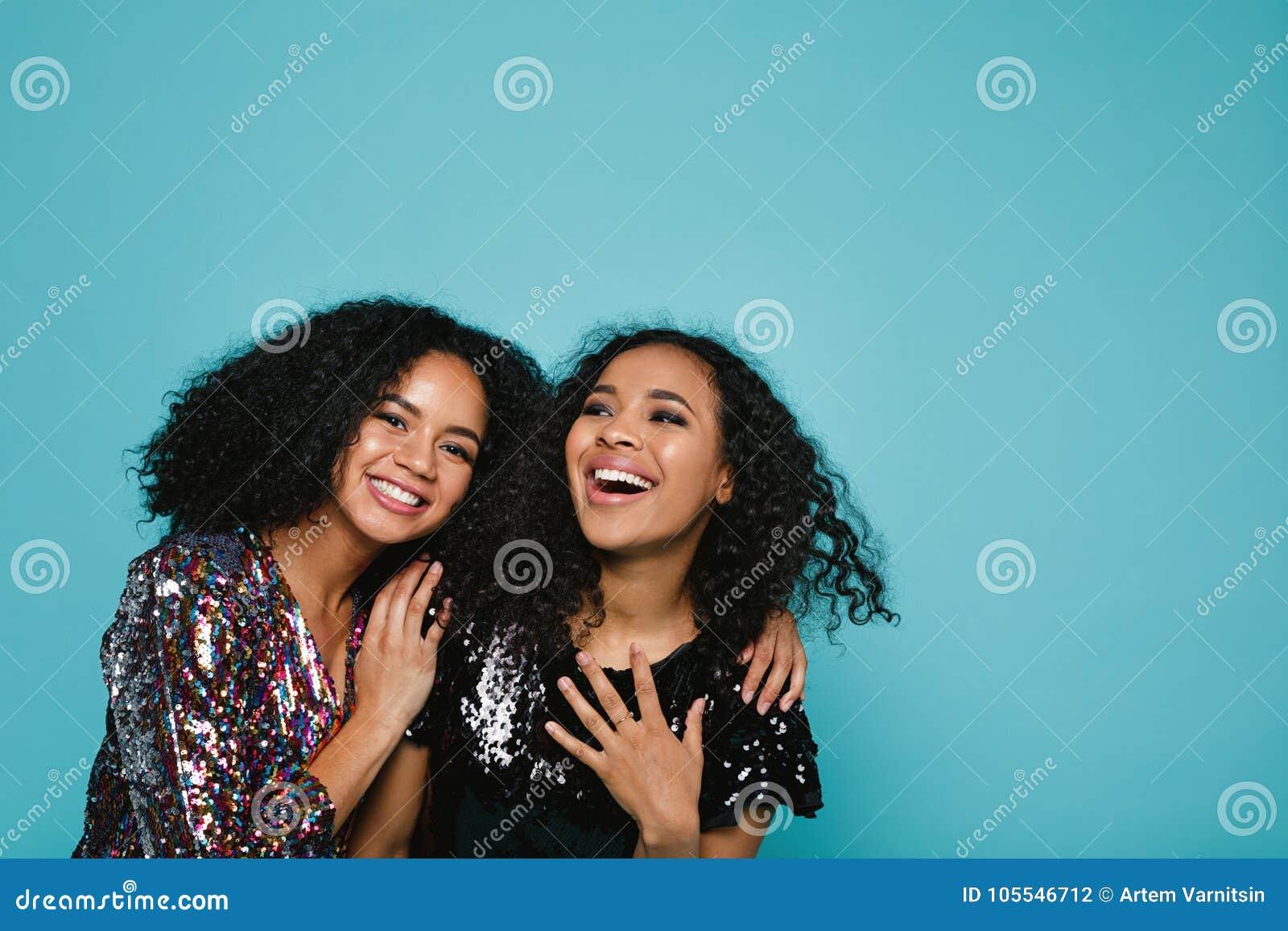 Mujeres jovenes de risa en ropa elegante
