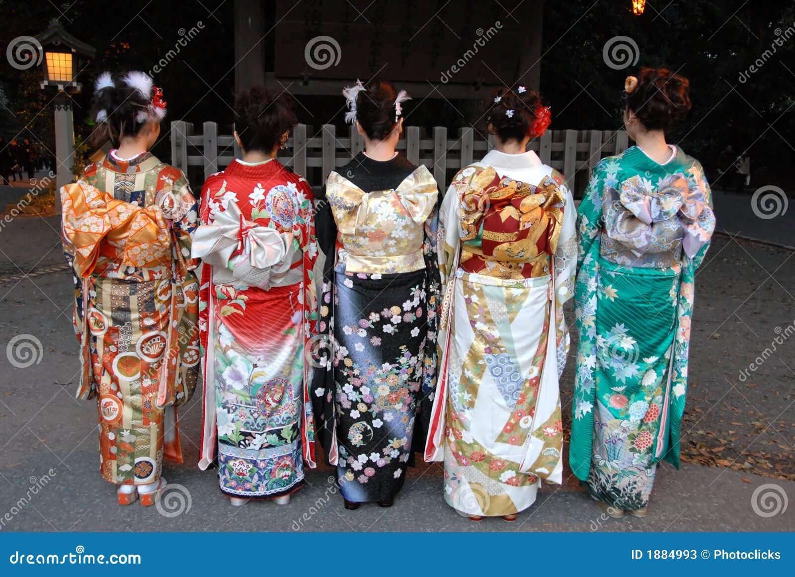 Mujeres jovenes en alineada del kimono