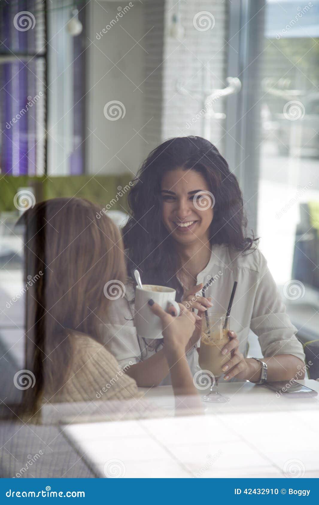 Mujeres jovenes en café