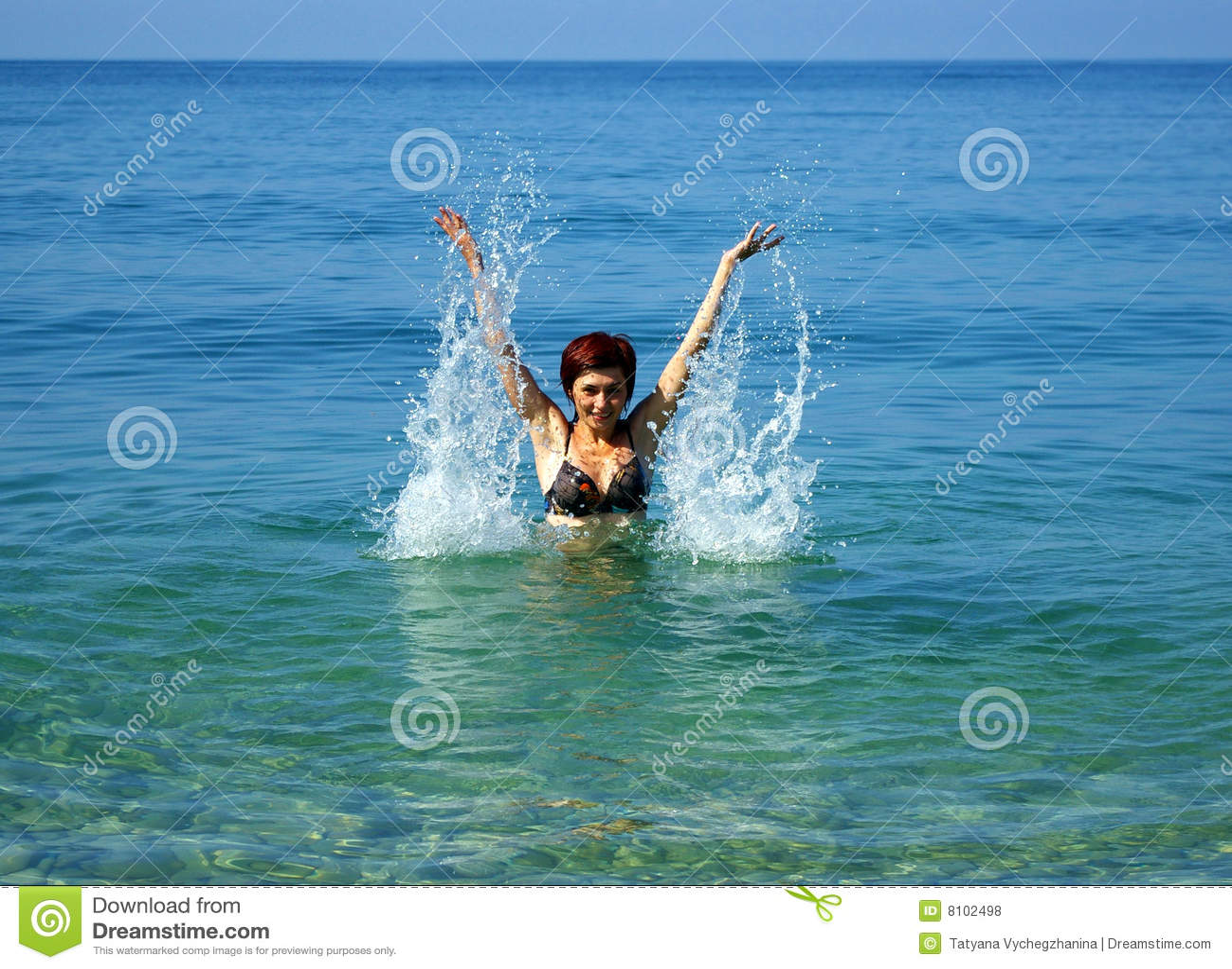 Mujeres jovenes en el mar