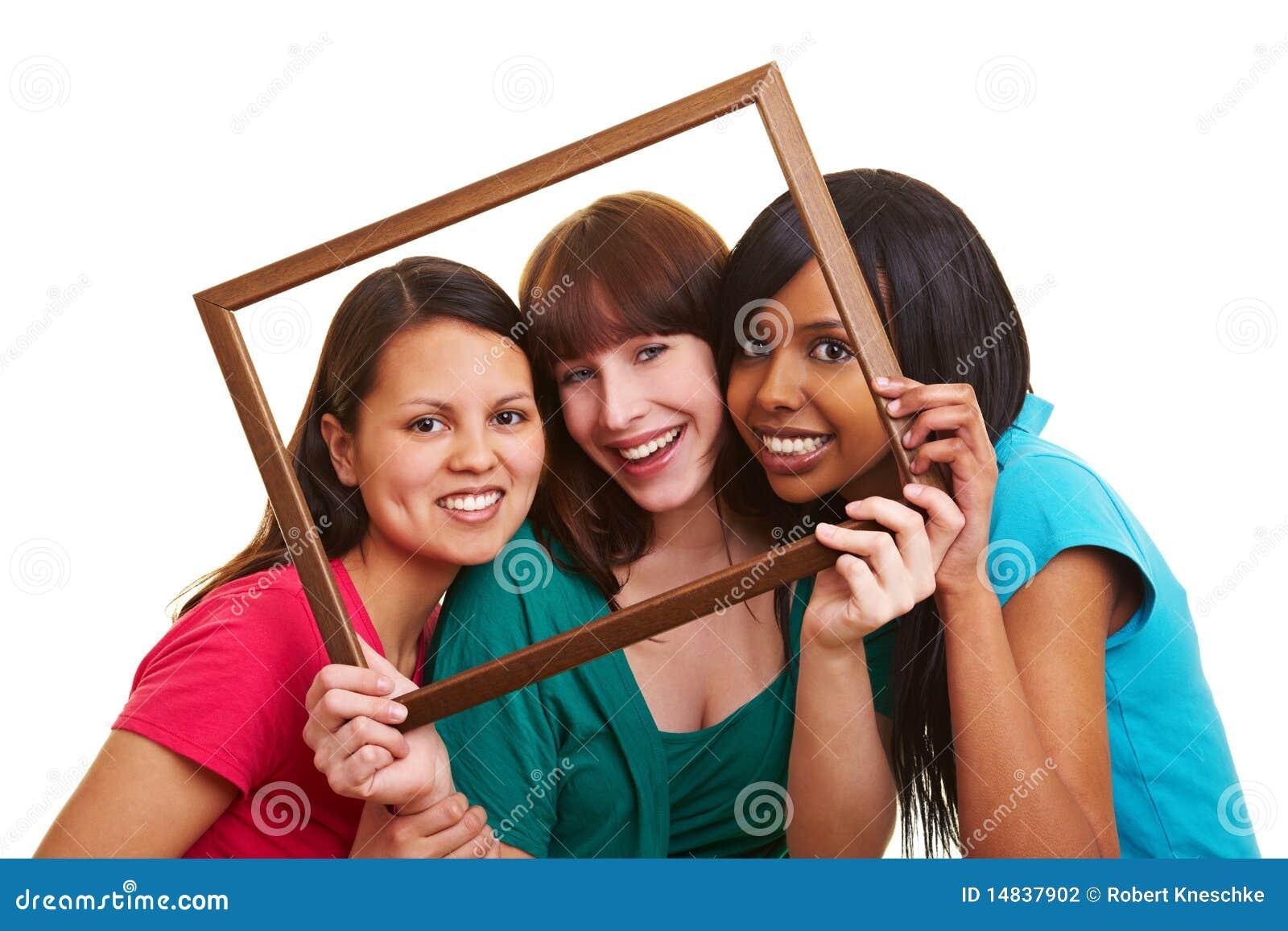 Mujeres jovenes en un marco