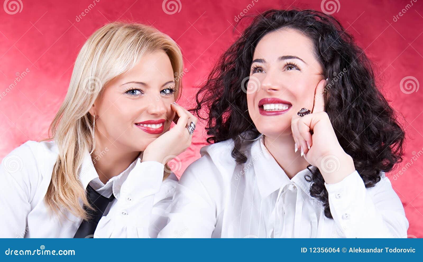 Mujeres jovenes hermosas felices que ríen y que presentan