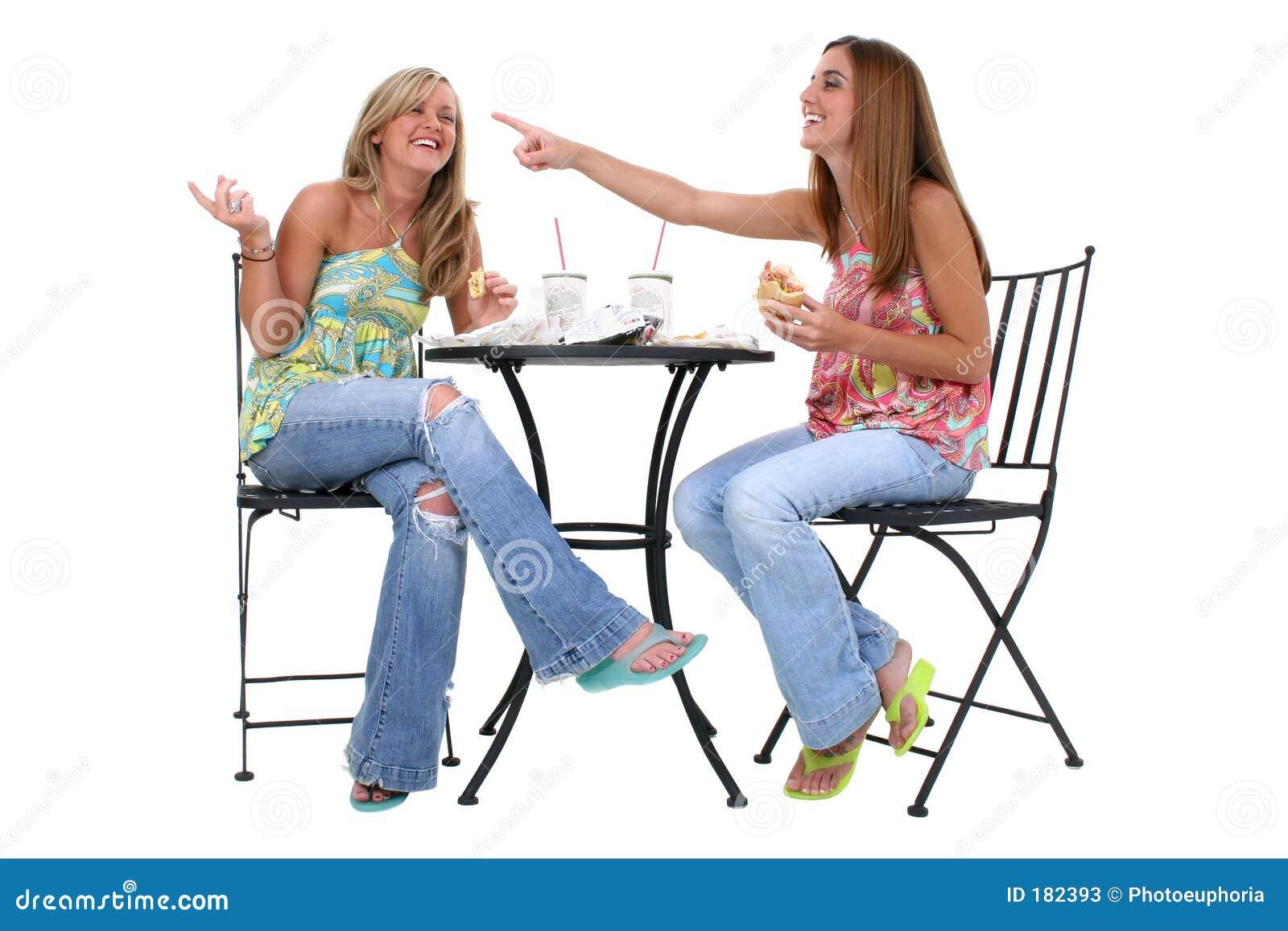 Mujeres jovenes hermosas que almuerzan junto
