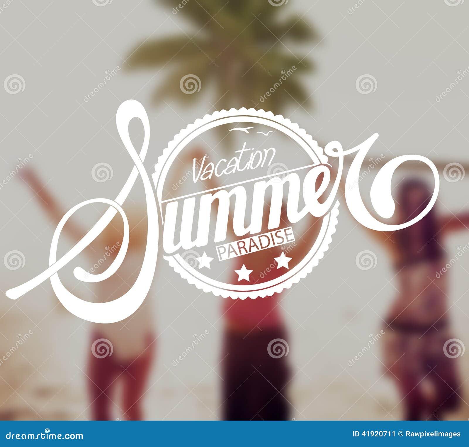 Mujeres jovenes que tienen vacaciones de la playa del verano