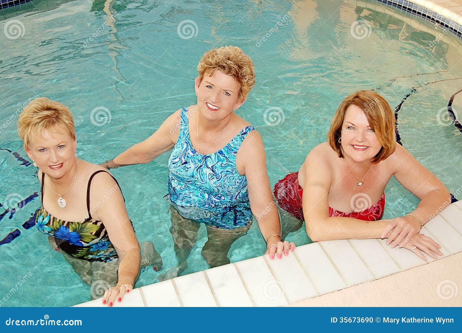 Mujeres mayores en la piscina foto de archivo imagen de for Escaleras de piscinas para personas mayores