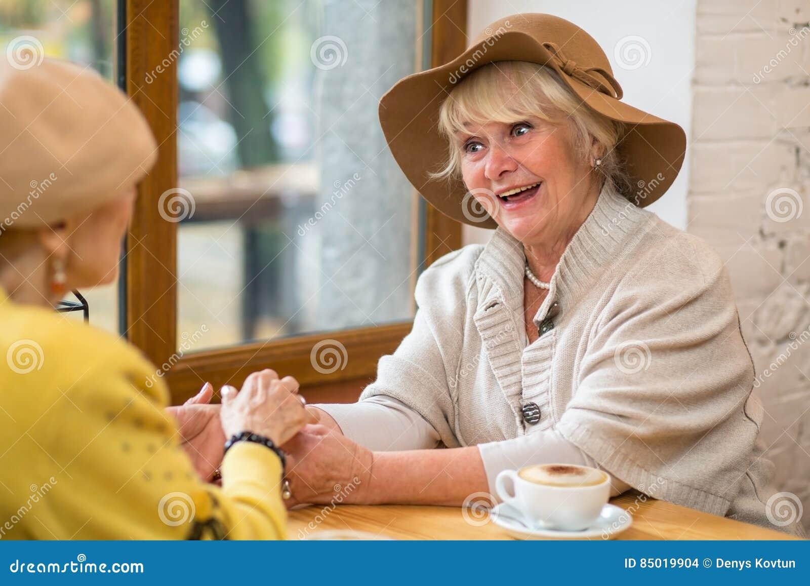 Mujeres mayores en un café