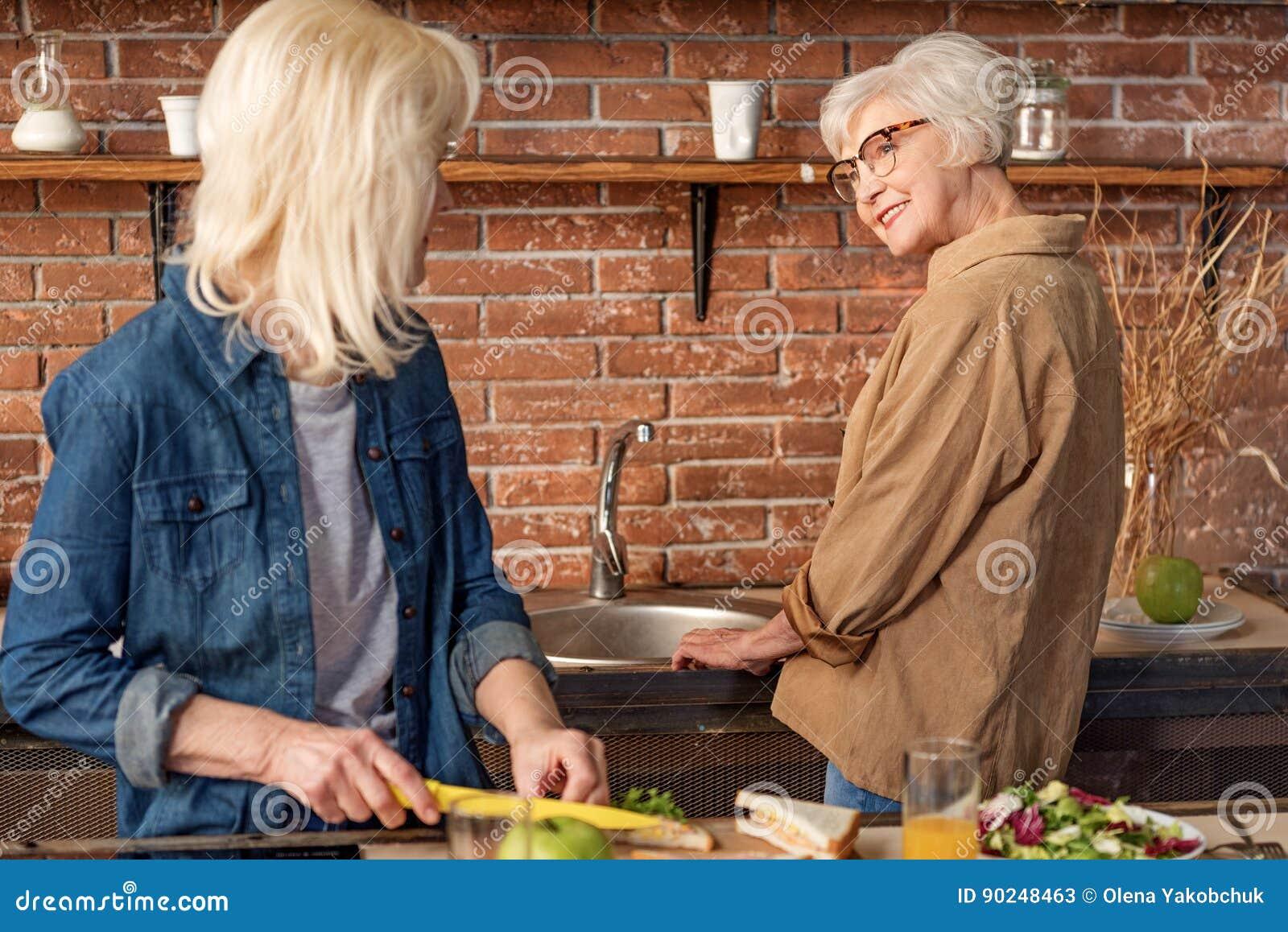 Mujeres Mayores Que Cocinan En Cocina Imagen De Archivo Imagen De