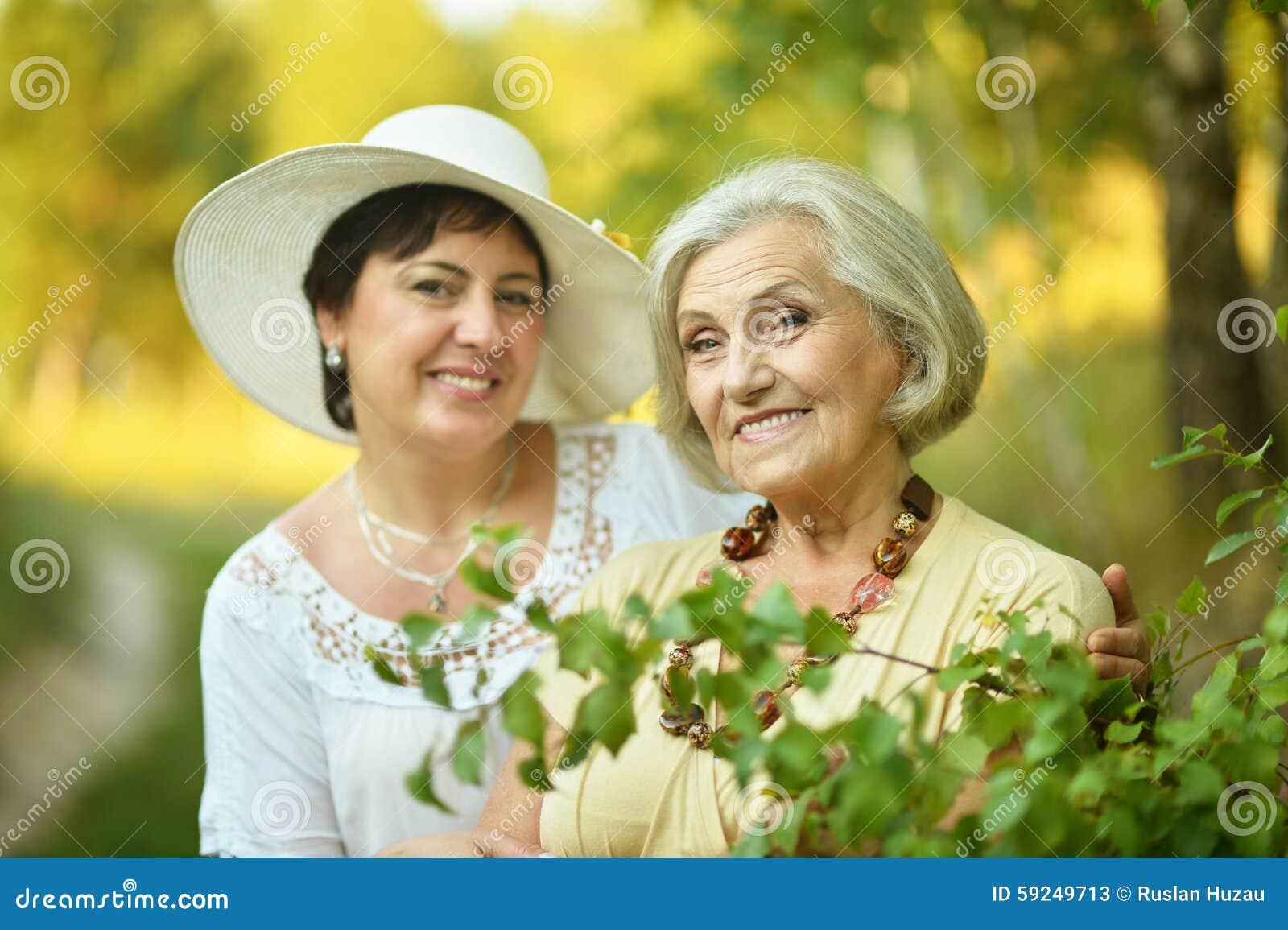 Mujeres mayores que descansan en el parque