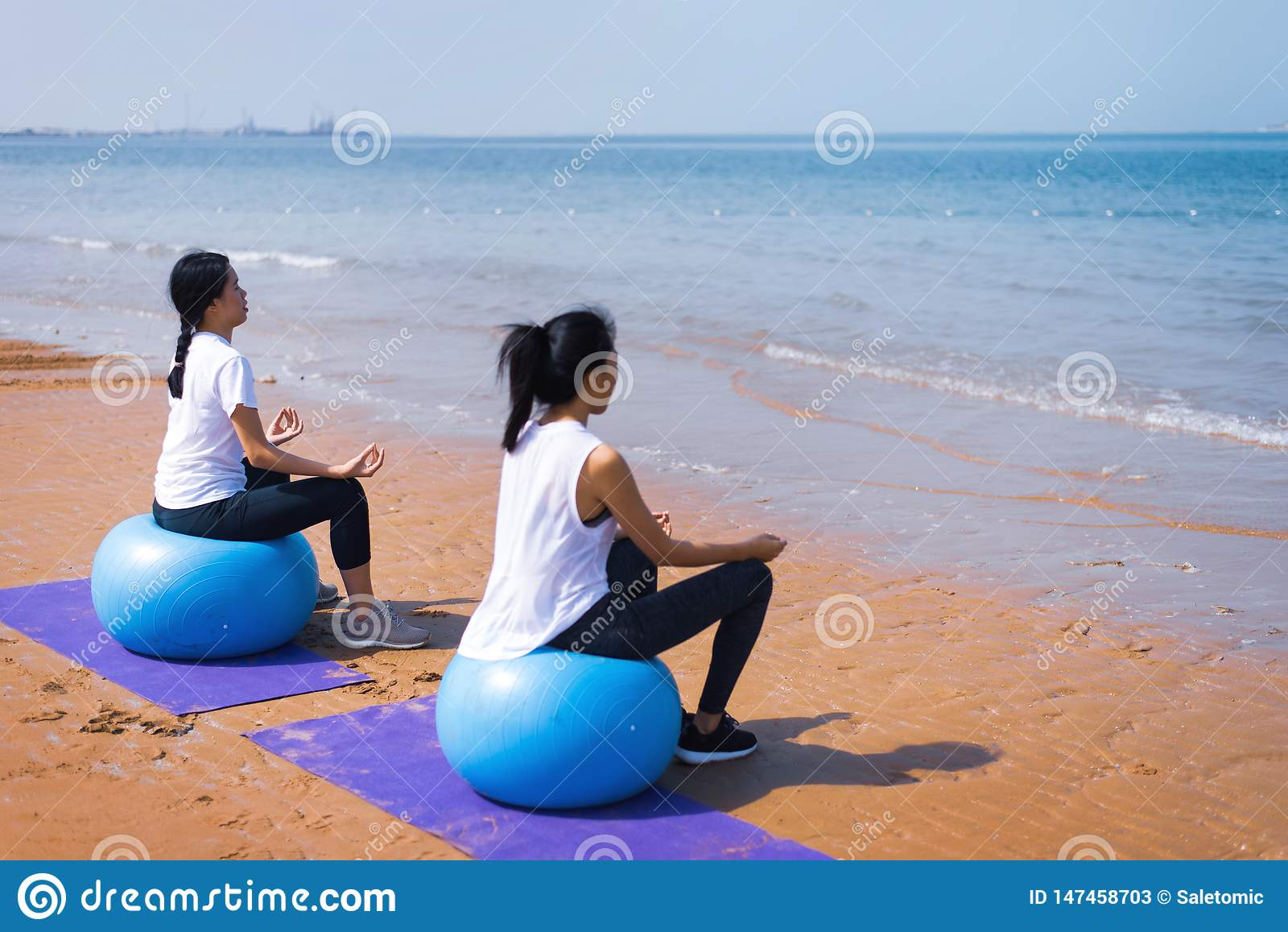Mujeres meditating en la playa