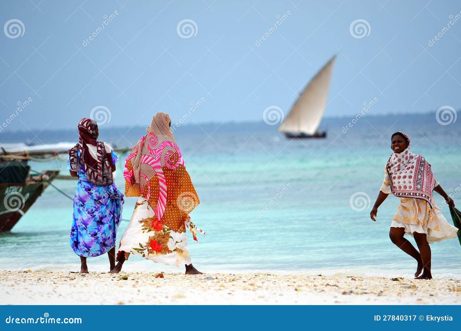 Mujeres musulmanes que gozan de la playa, Zanzibar