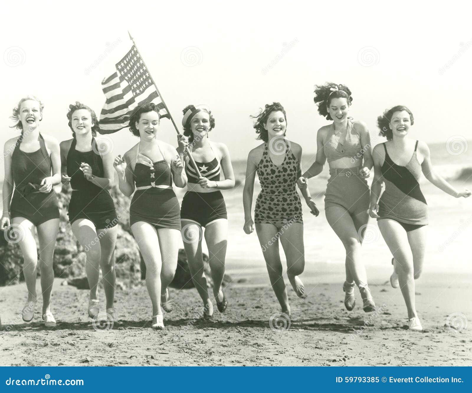 Mujeres patrióticas en la playa