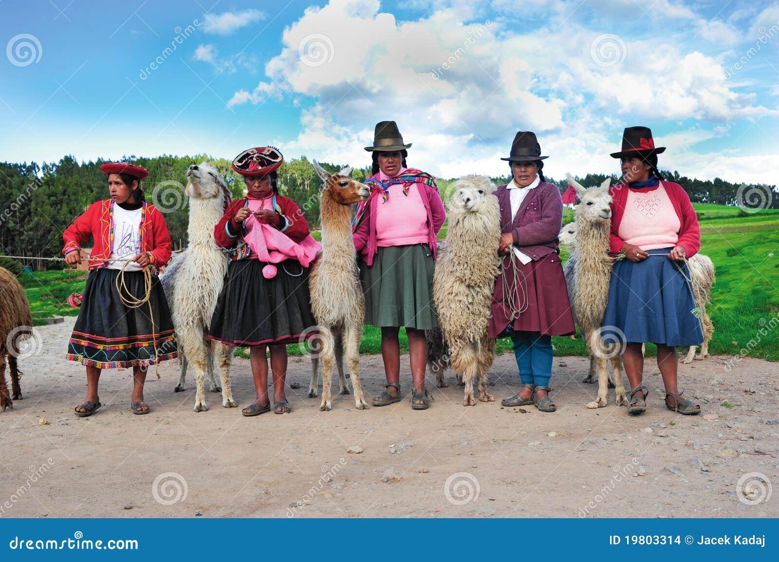 Mujeres peruanas en alineadas tradicionales