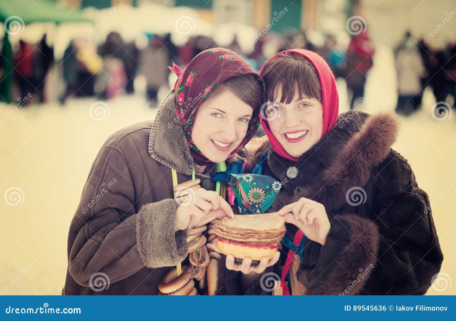 Mujeres que comen la crepe durante semana de la crepe