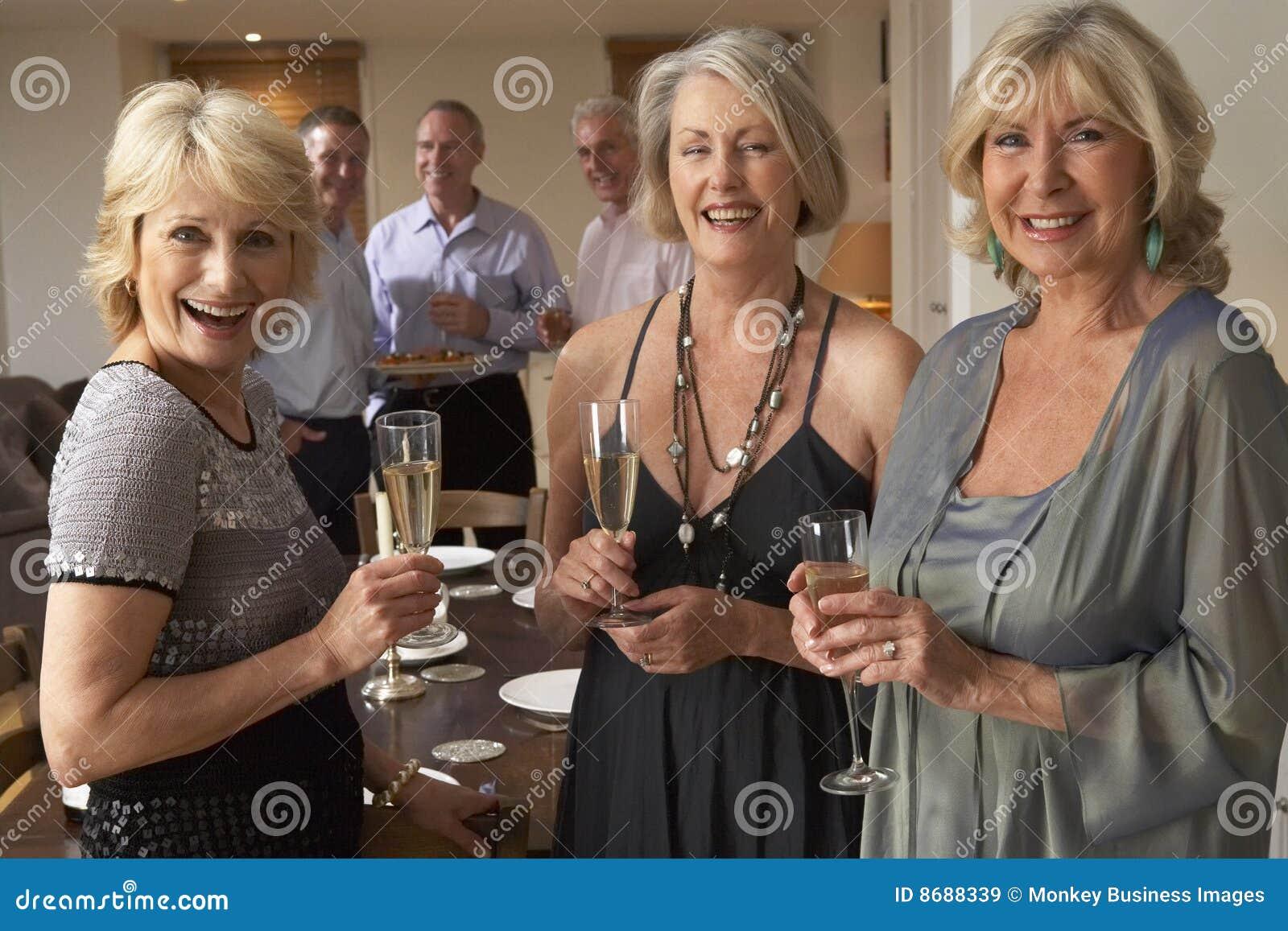 Mujeres que disfrutan de Champán en un partido de cena
