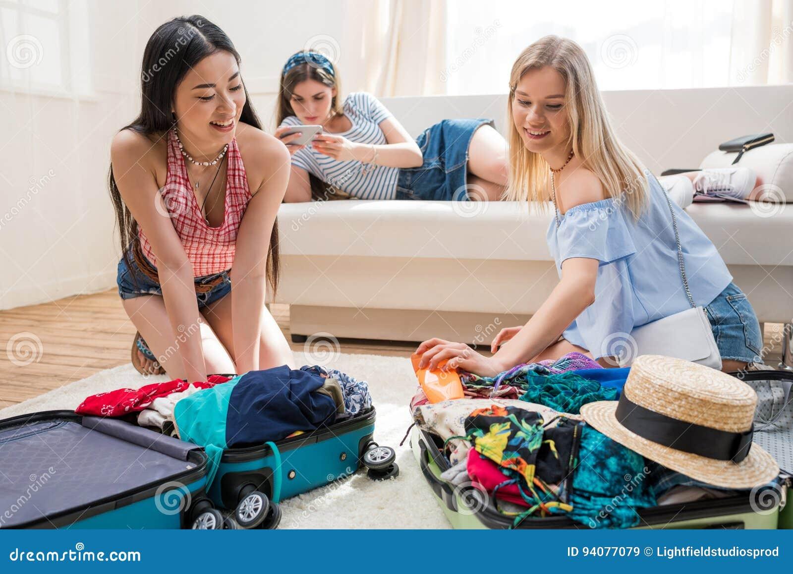 Mujeres Que Embalan Las Maletas Para Las Vacaciones Juntas En Casa ...