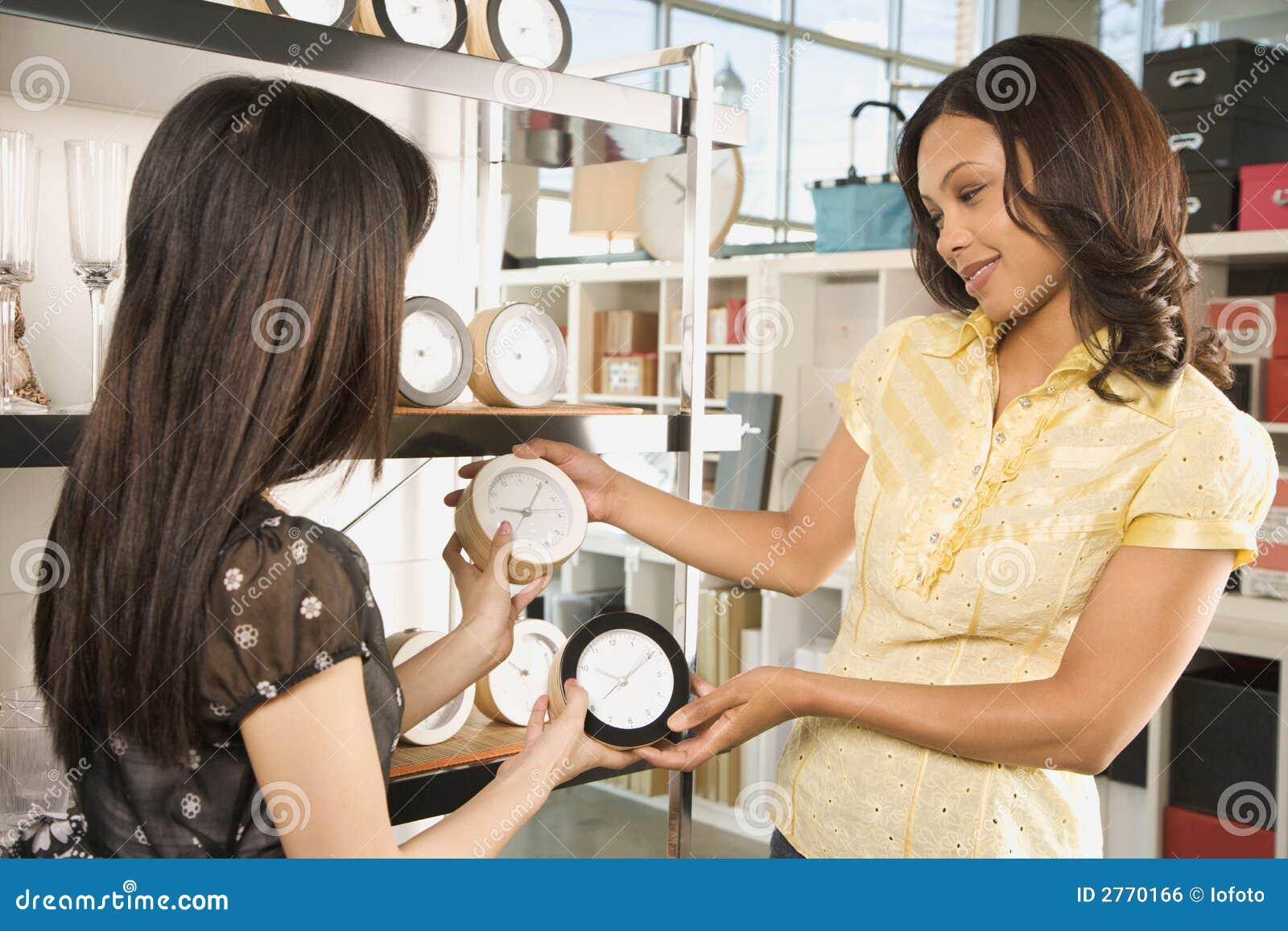 Mujeres que hacen compras en almacén.