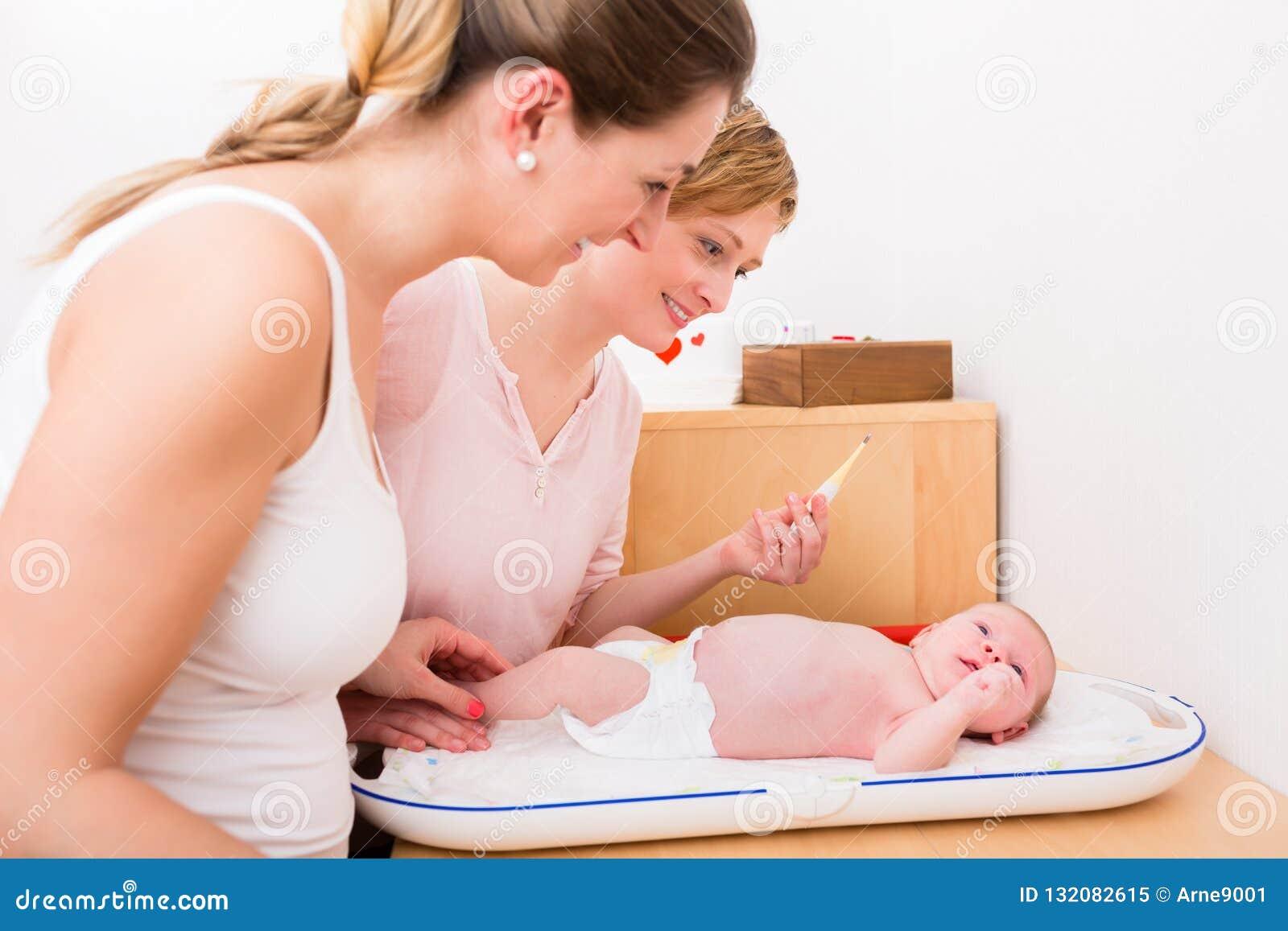 Mujeres que hacen el control para arriba del bebé