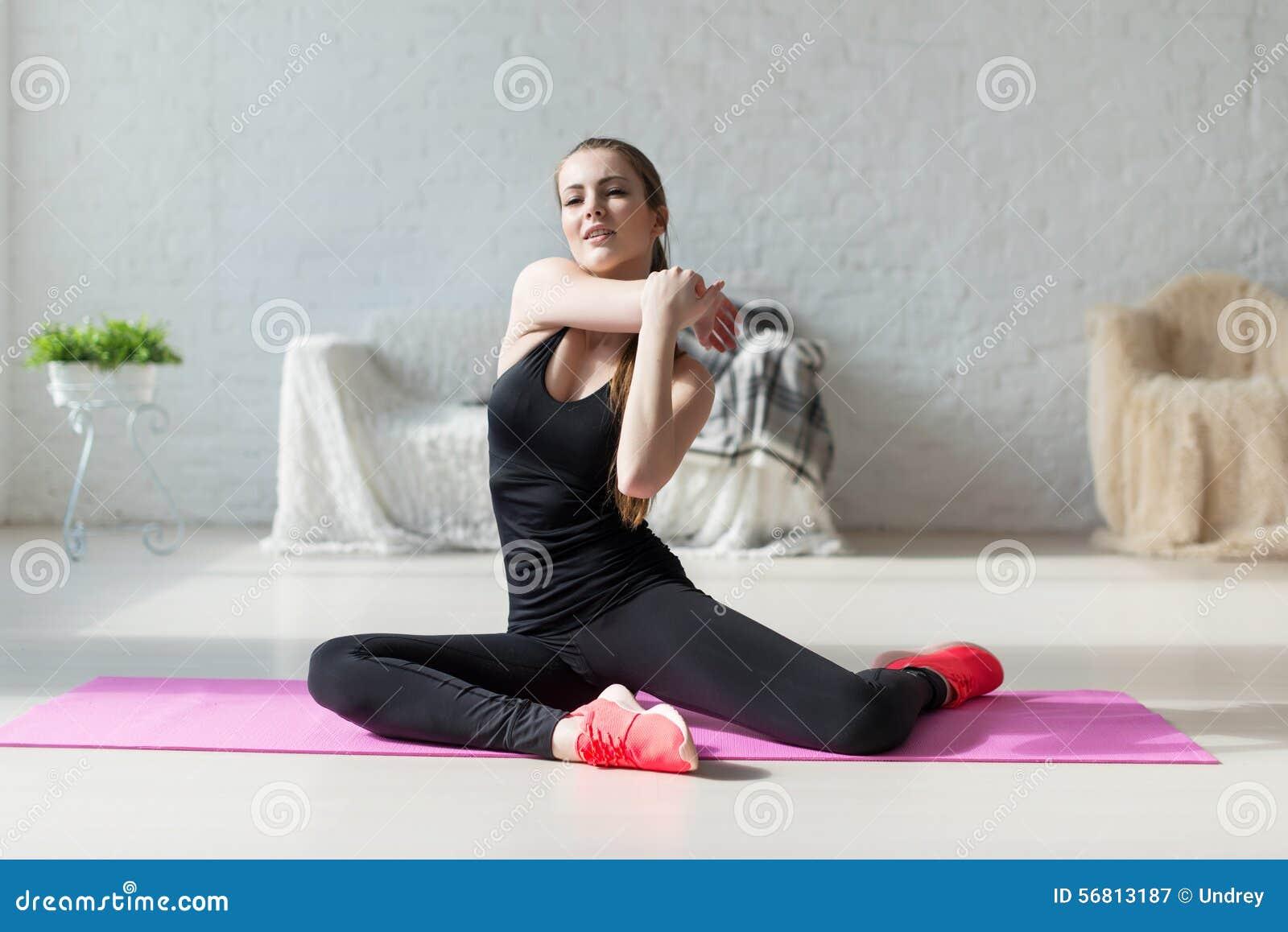 Mujeres que hacen los aeróbicos de los ejercicios que calientan con