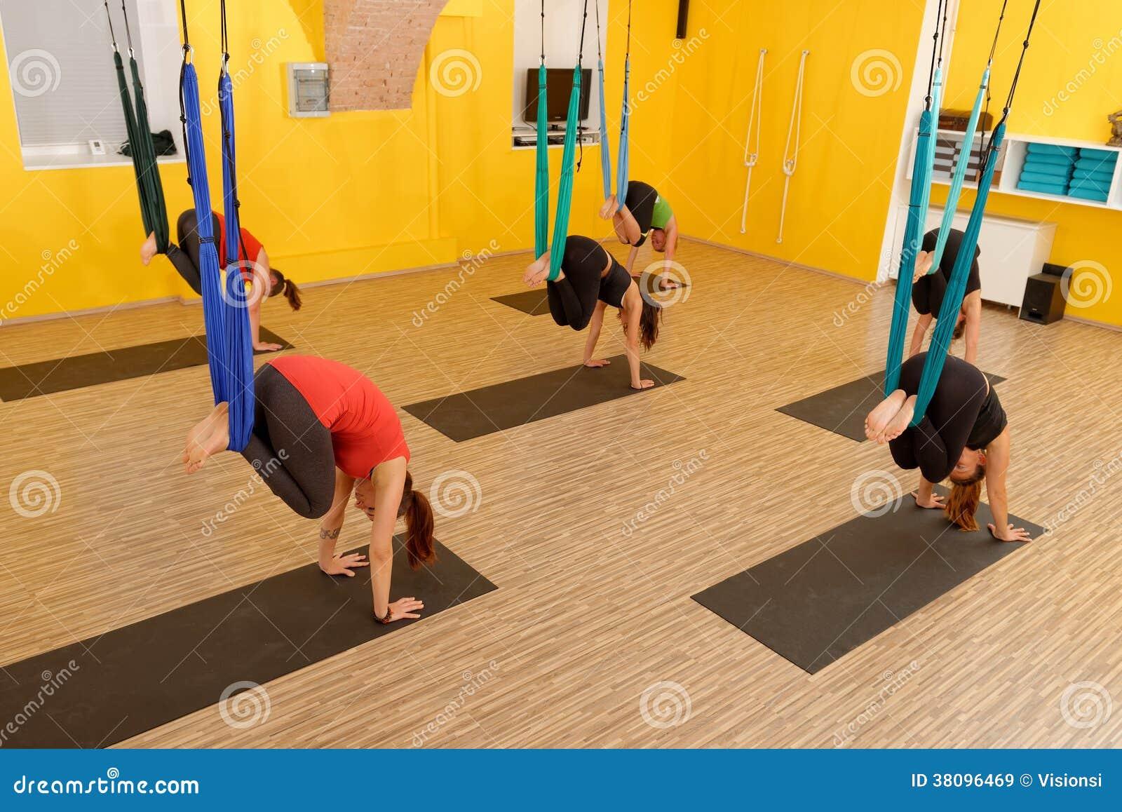 Mujeres que hacen yoga anti de la antena de la gravedad