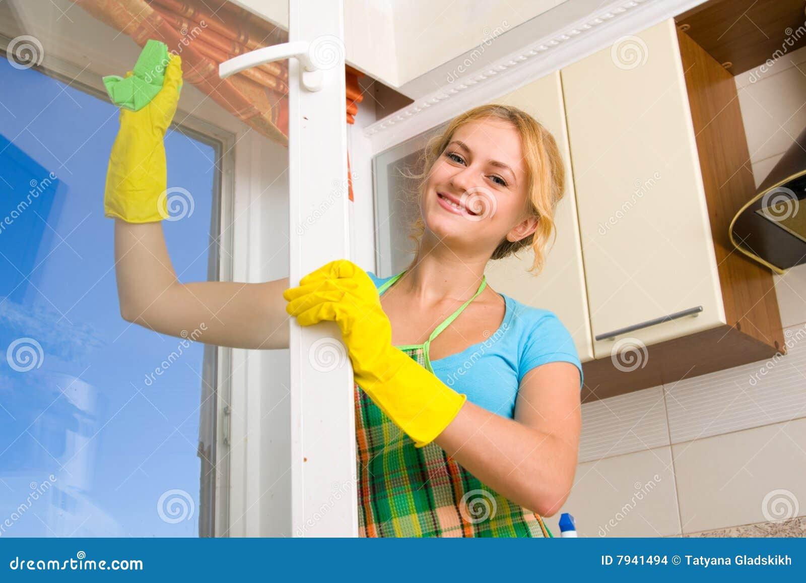 Mujeres que limpian una ventana